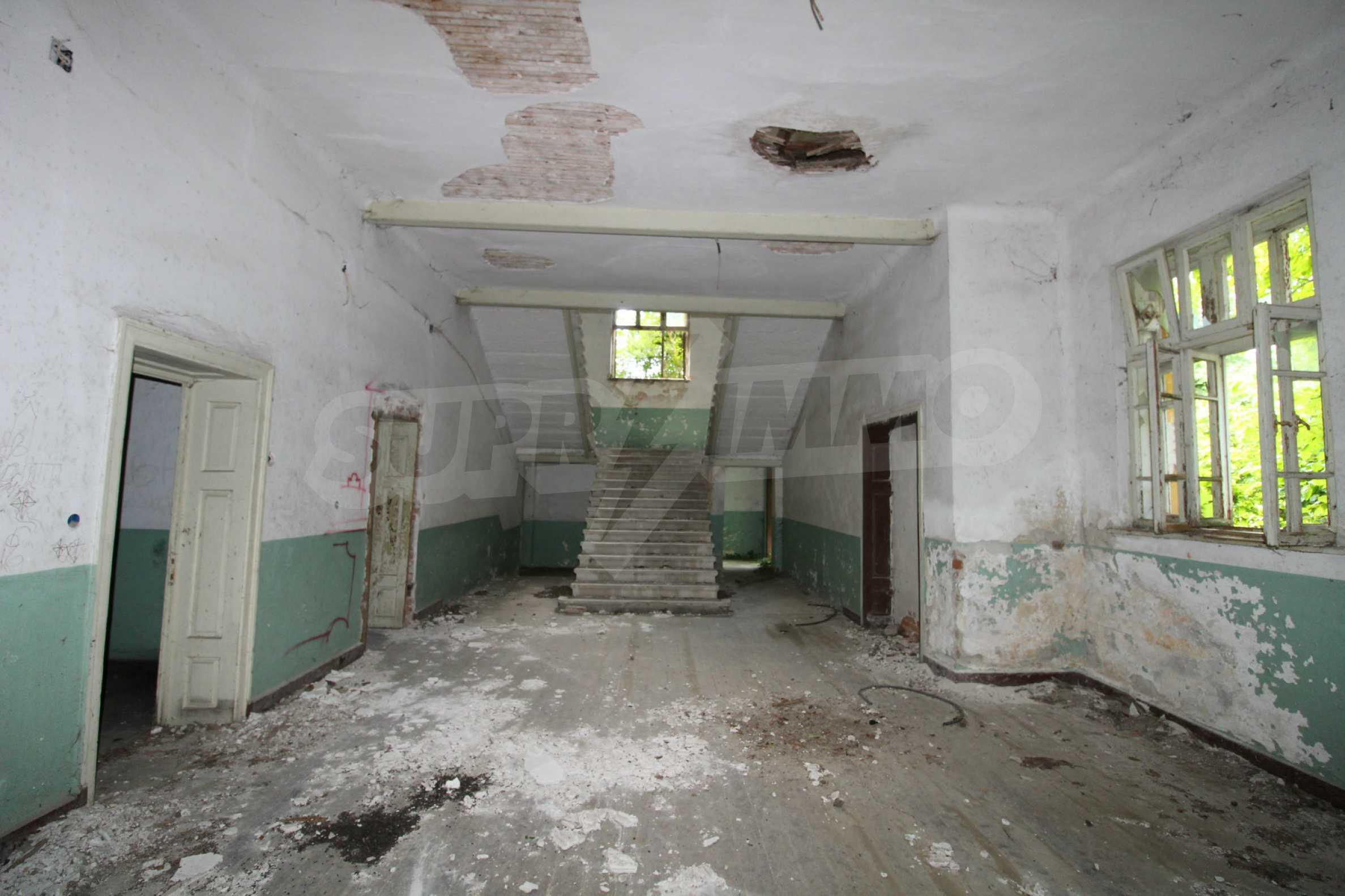 Масивна двуетажна  сграда на 27 км от Велико Търново 9