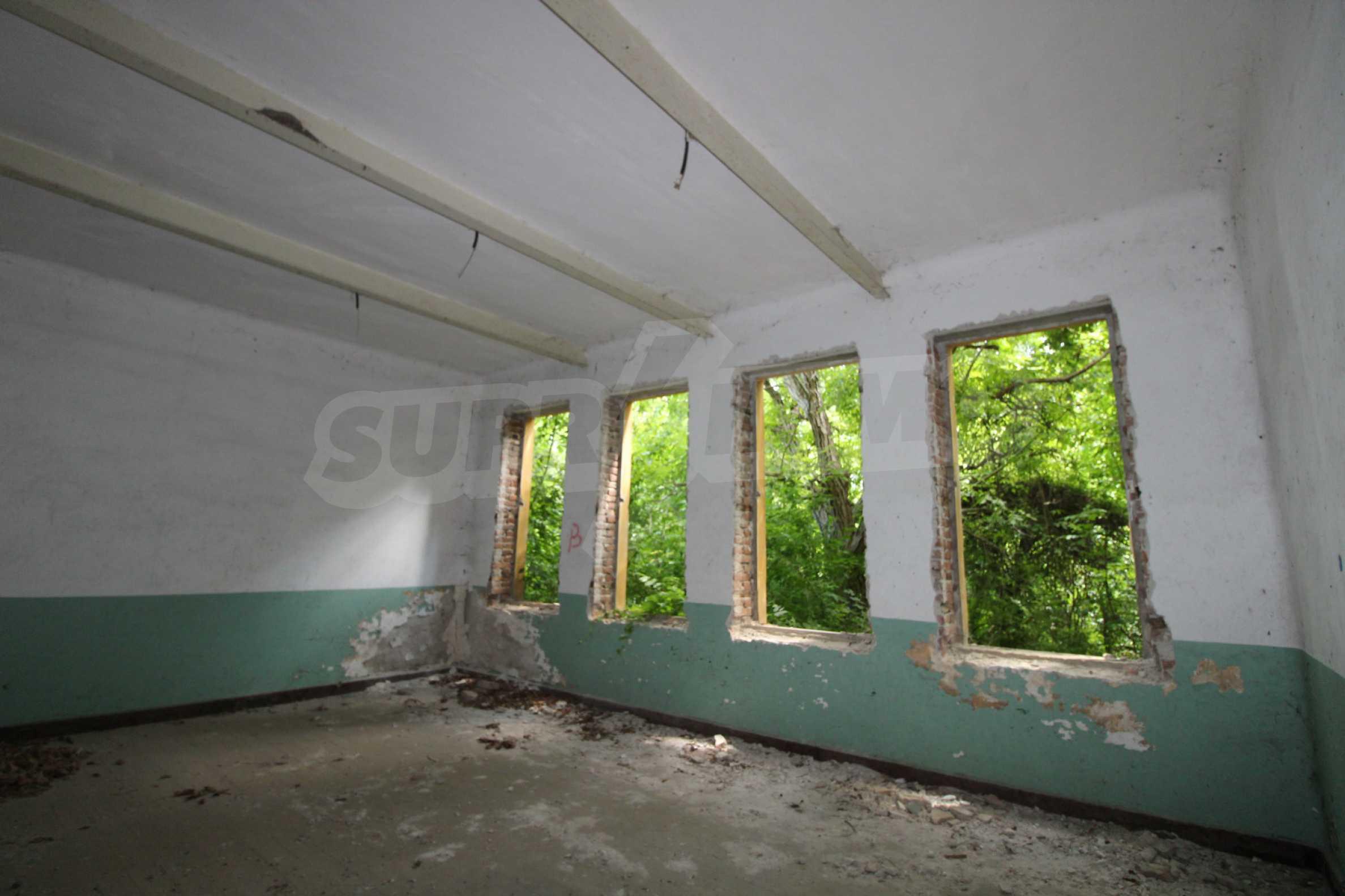 Масивна двуетажна  сграда на 27 км от Велико Търново 11