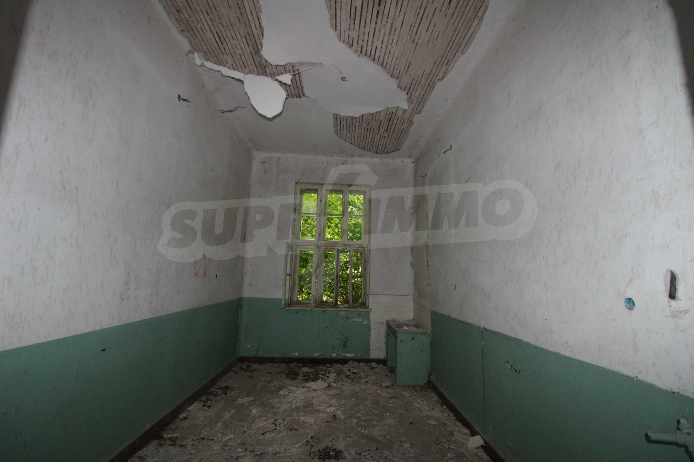 Масивна двуетажна  сграда на 27 км от Велико Търново 12