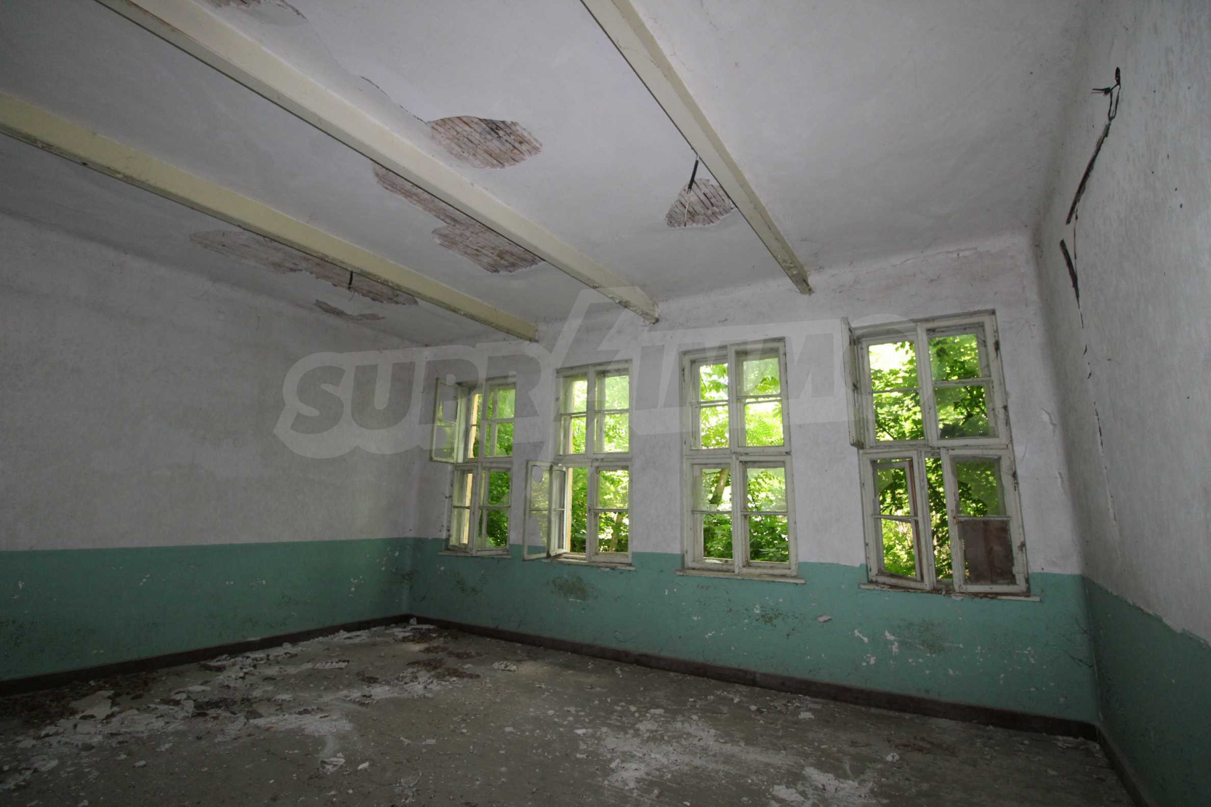 Масивна двуетажна  сграда на 27 км от Велико Търново 13