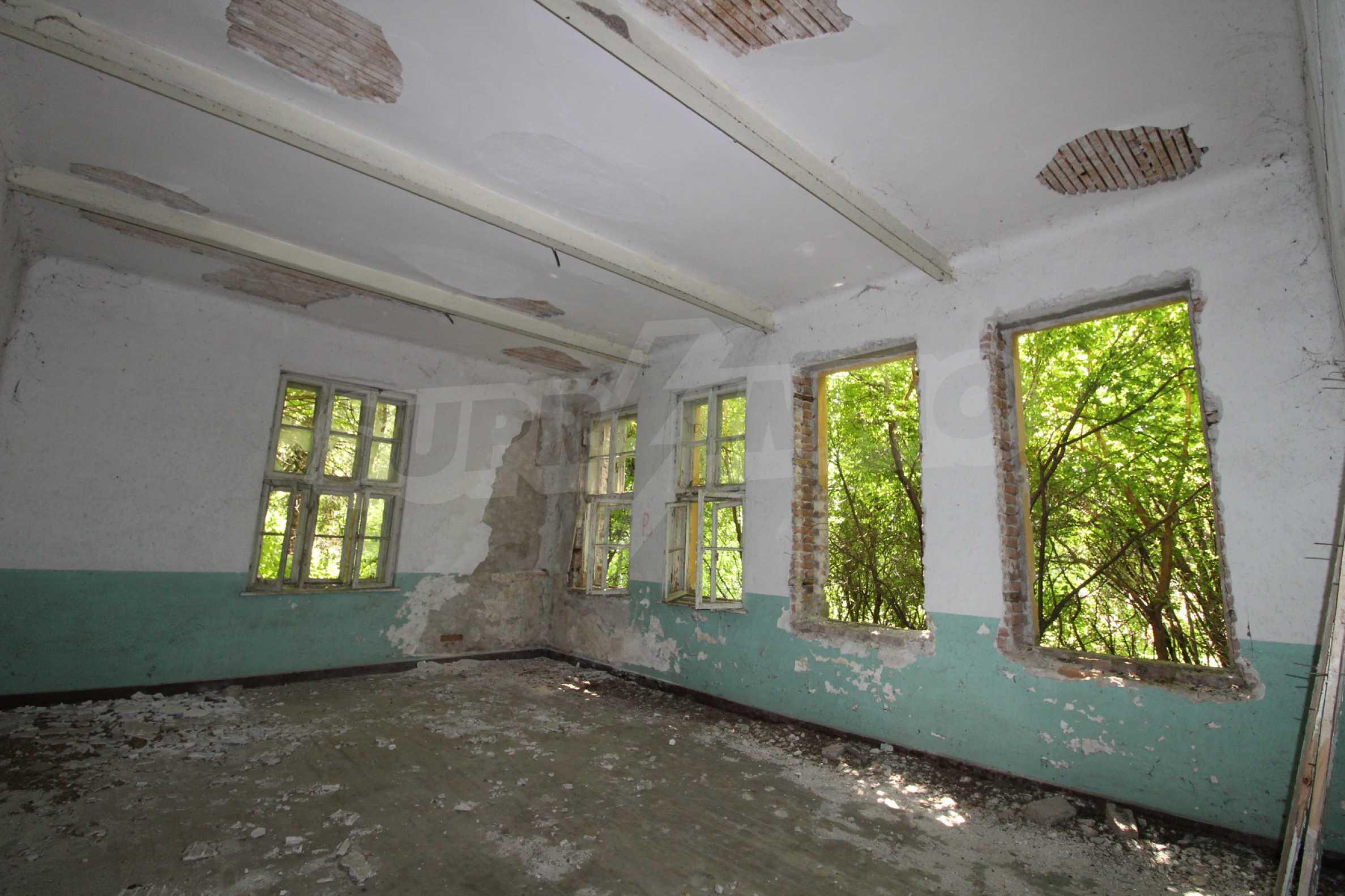 Масивна двуетажна  сграда на 27 км от Велико Търново 14