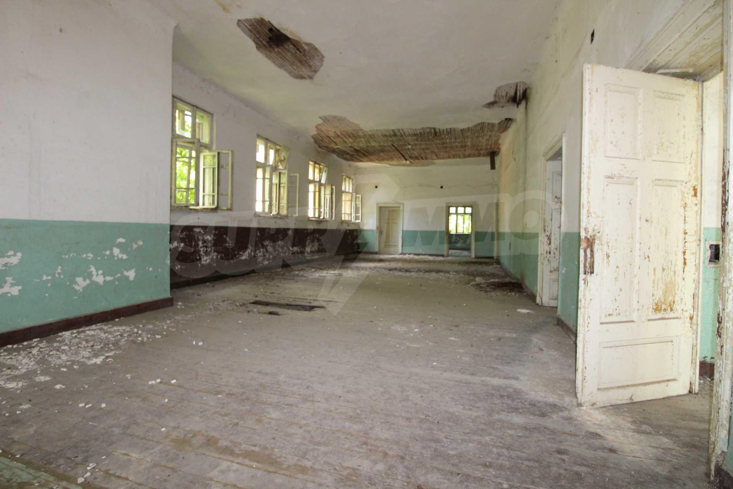 Масивна двуетажна  сграда на 27 км от Велико Търново 16