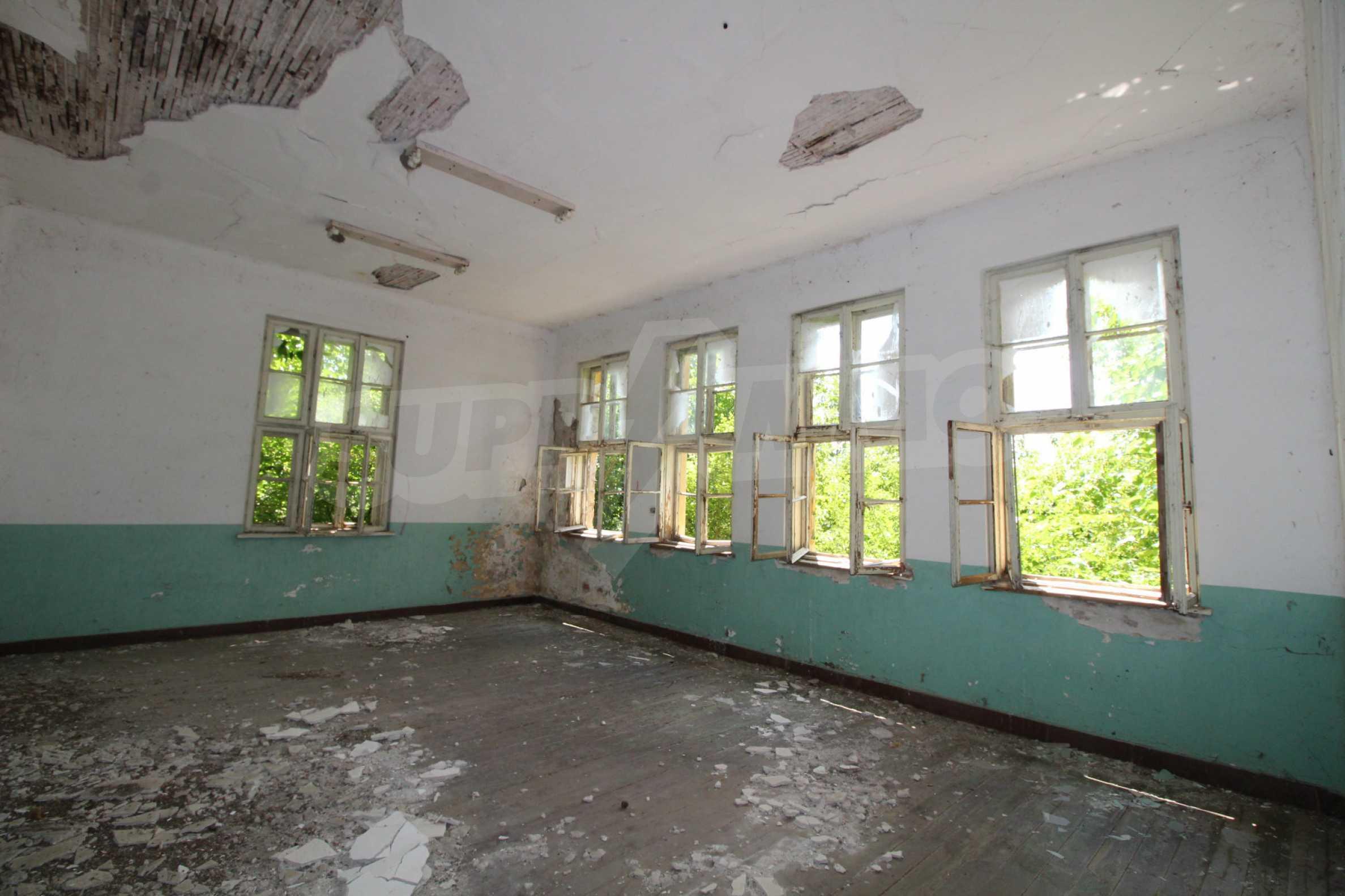 Масивна двуетажна  сграда на 27 км от Велико Търново 17