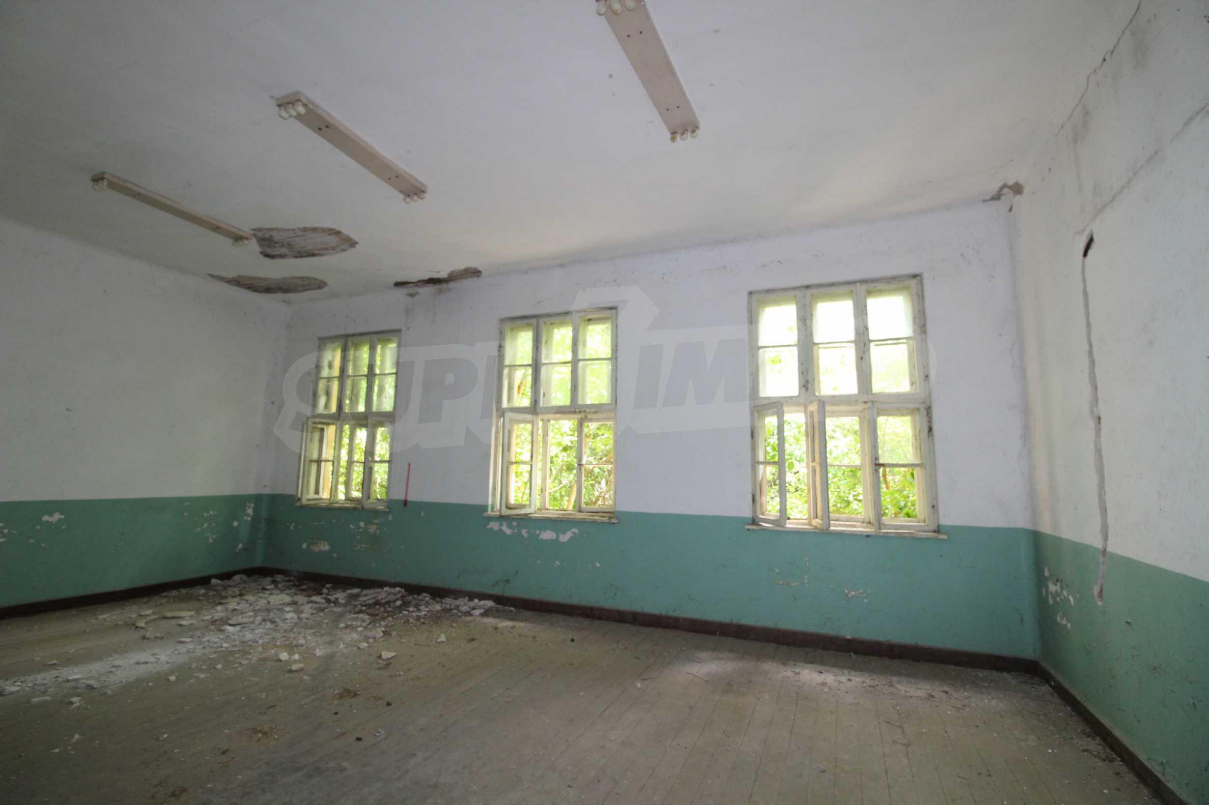 Масивна двуетажна  сграда на 27 км от Велико Търново 18