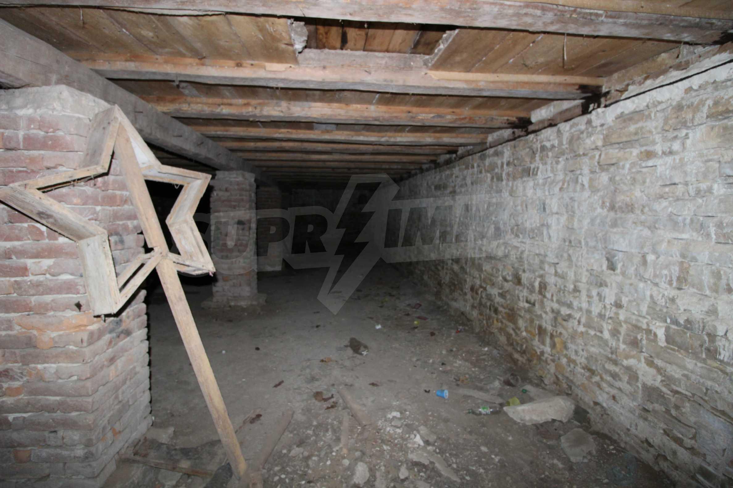 Масивна двуетажна  сграда на 27 км от Велико Търново 22