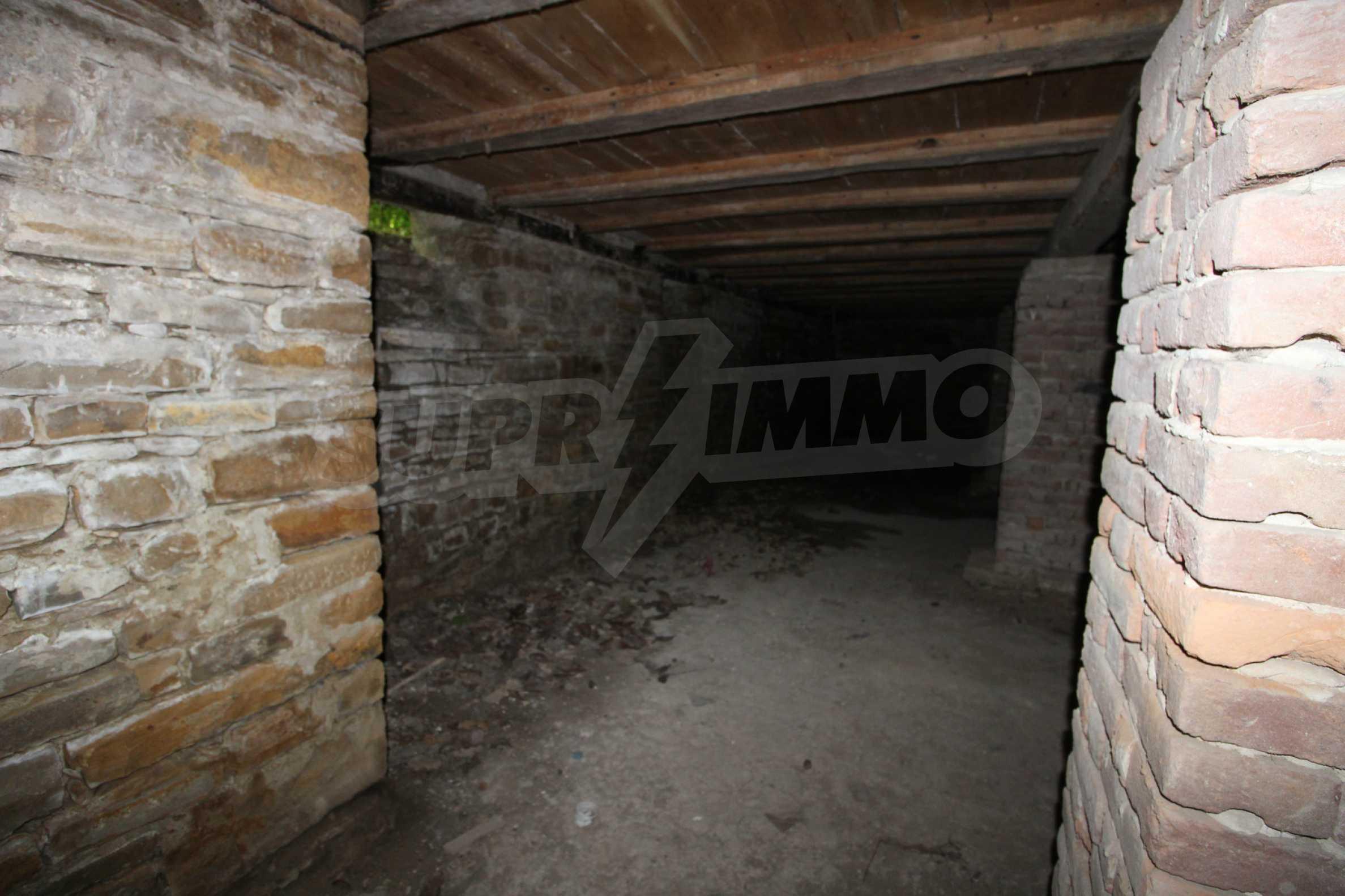 Масивна двуетажна  сграда на 27 км от Велико Търново 24