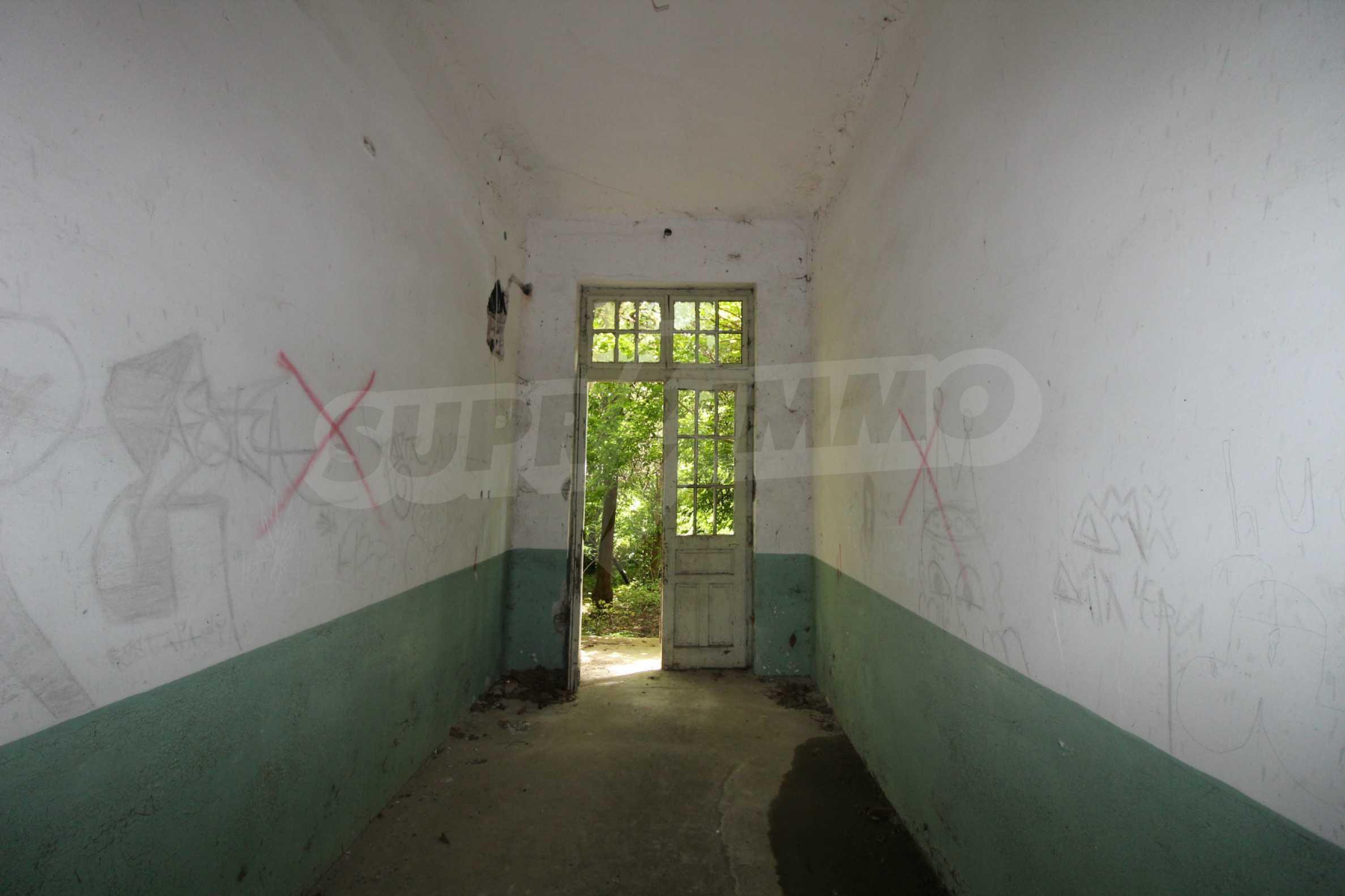 Масивна двуетажна  сграда на 27 км от Велико Търново 27