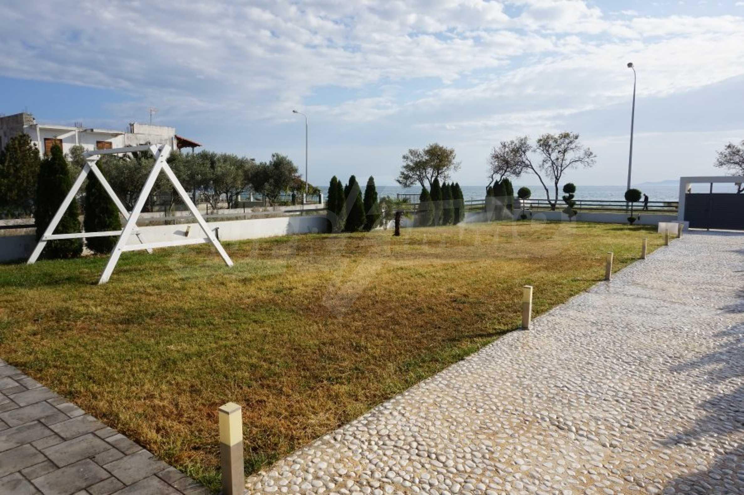 Модерна вила на морския бряг в Паралия Орфани 36