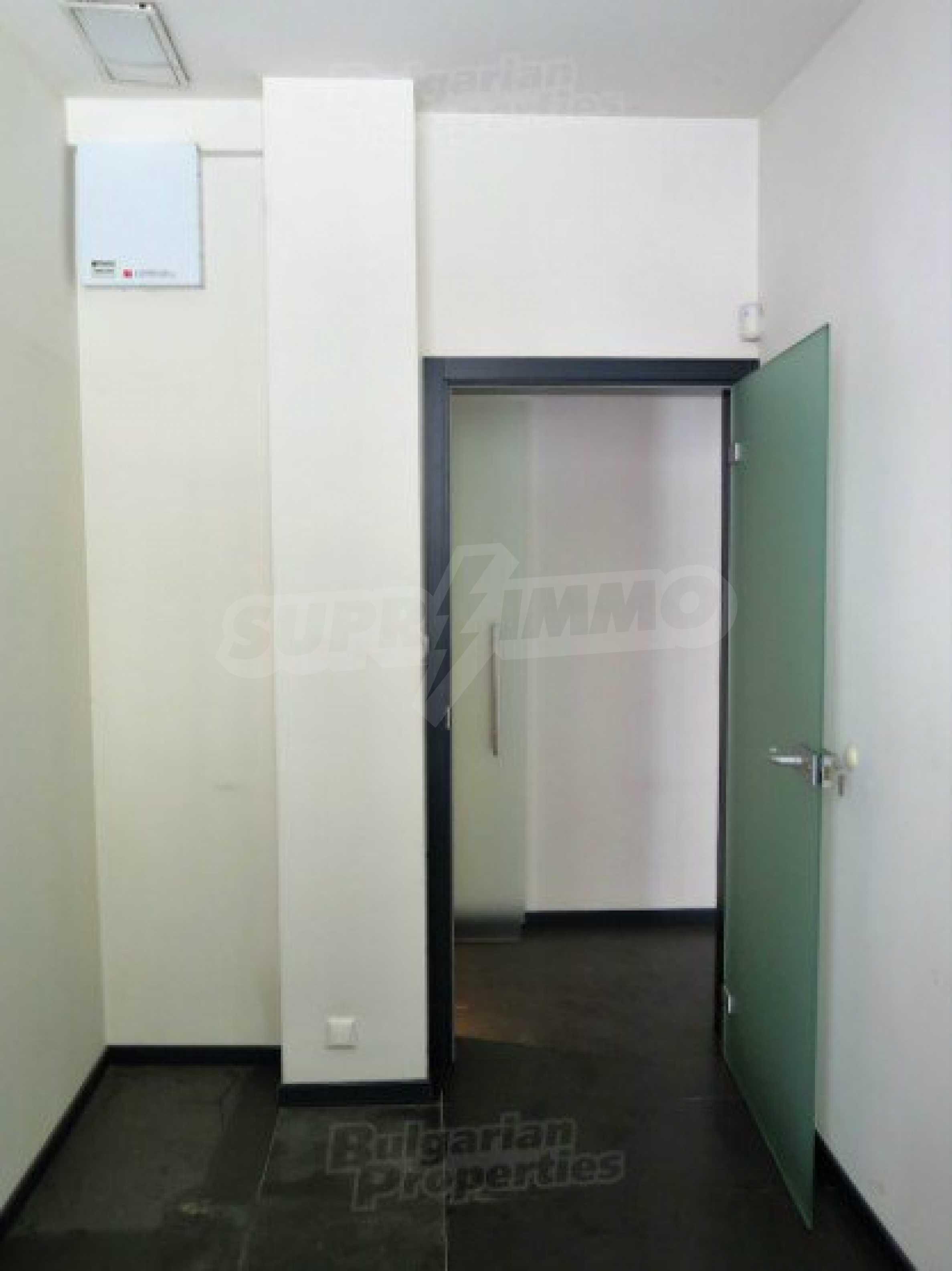 Комуникативен офис до метростанция Лъвов мост 9
