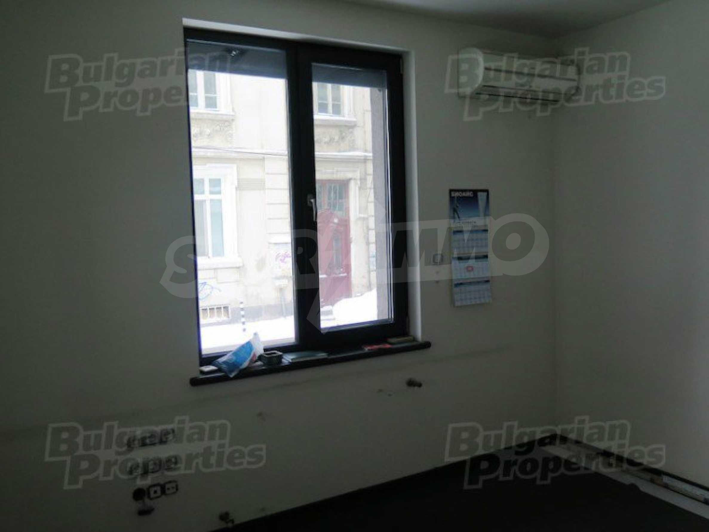 Комуникативен офис до метростанция Лъвов мост 12