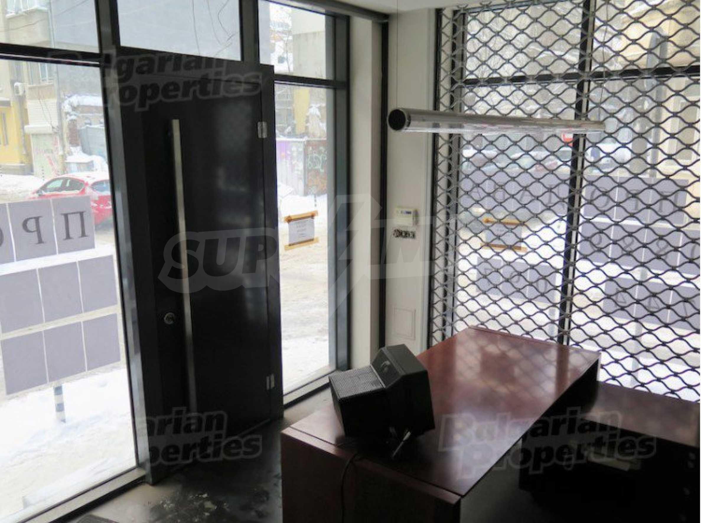 Комуникативен офис до метростанция Лъвов мост 3