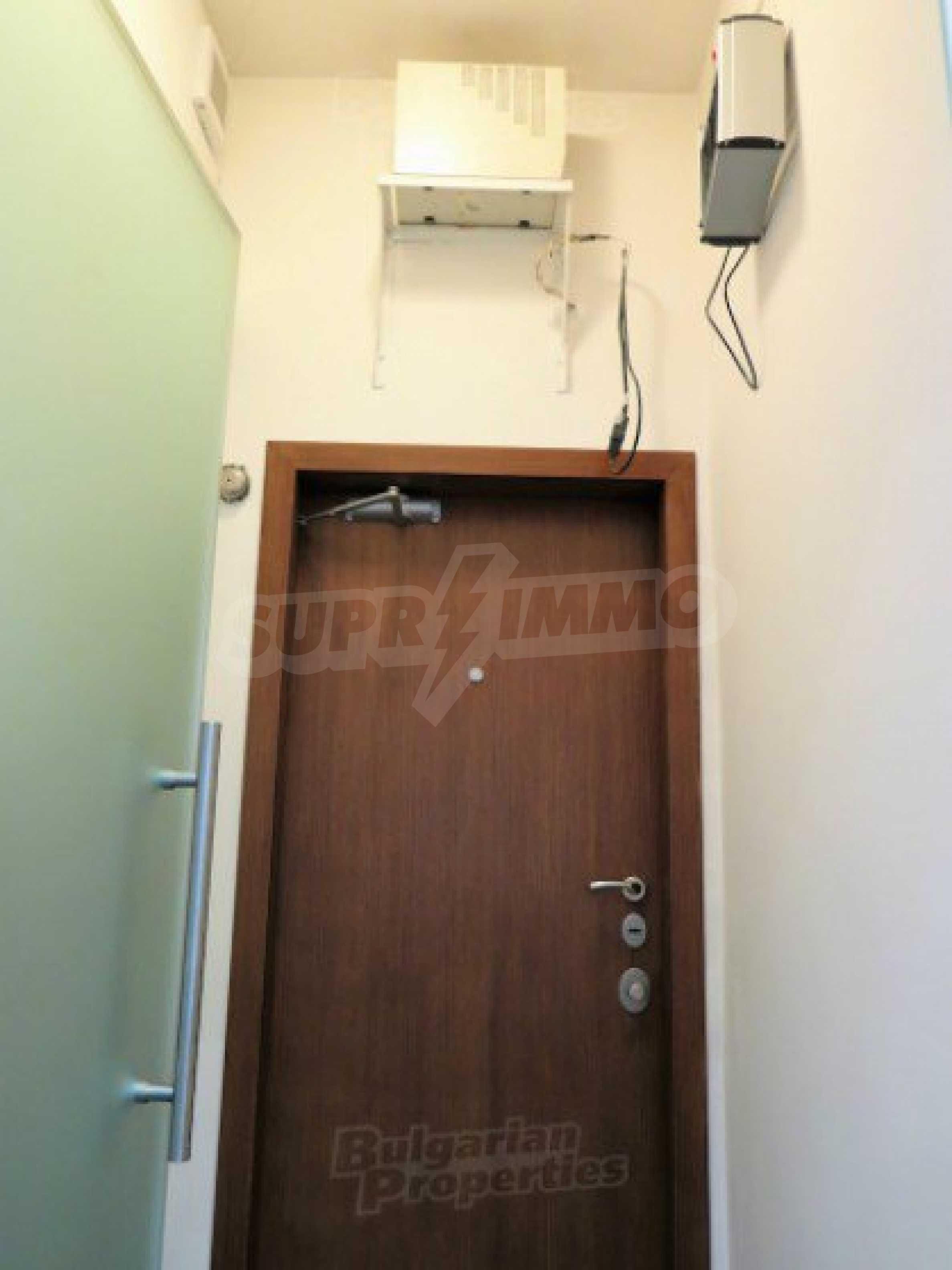 Комуникативен офис до метростанция Лъвов мост 7