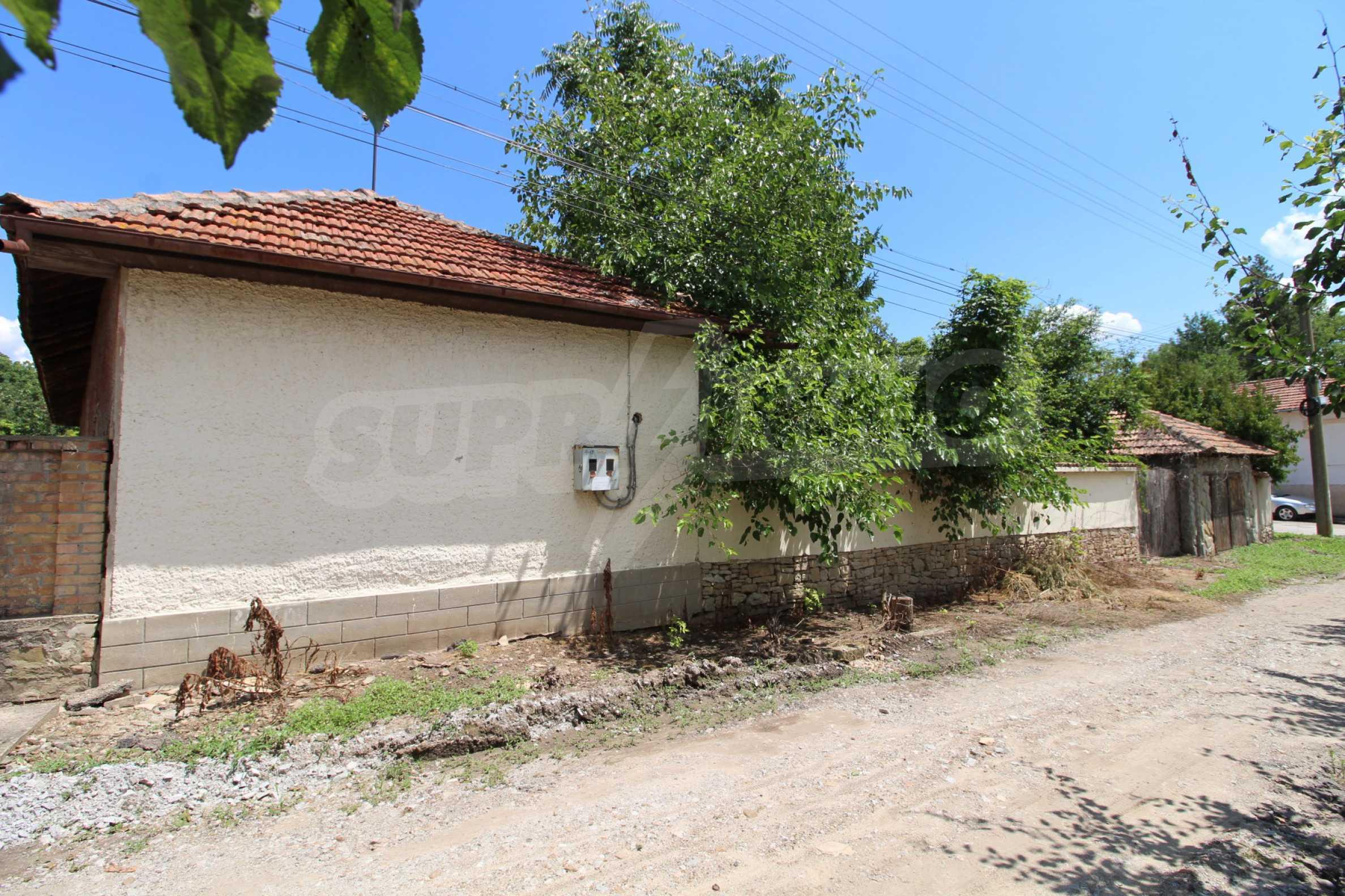 Едноетажна селска къща върху маза на 20 км от Велико Търново