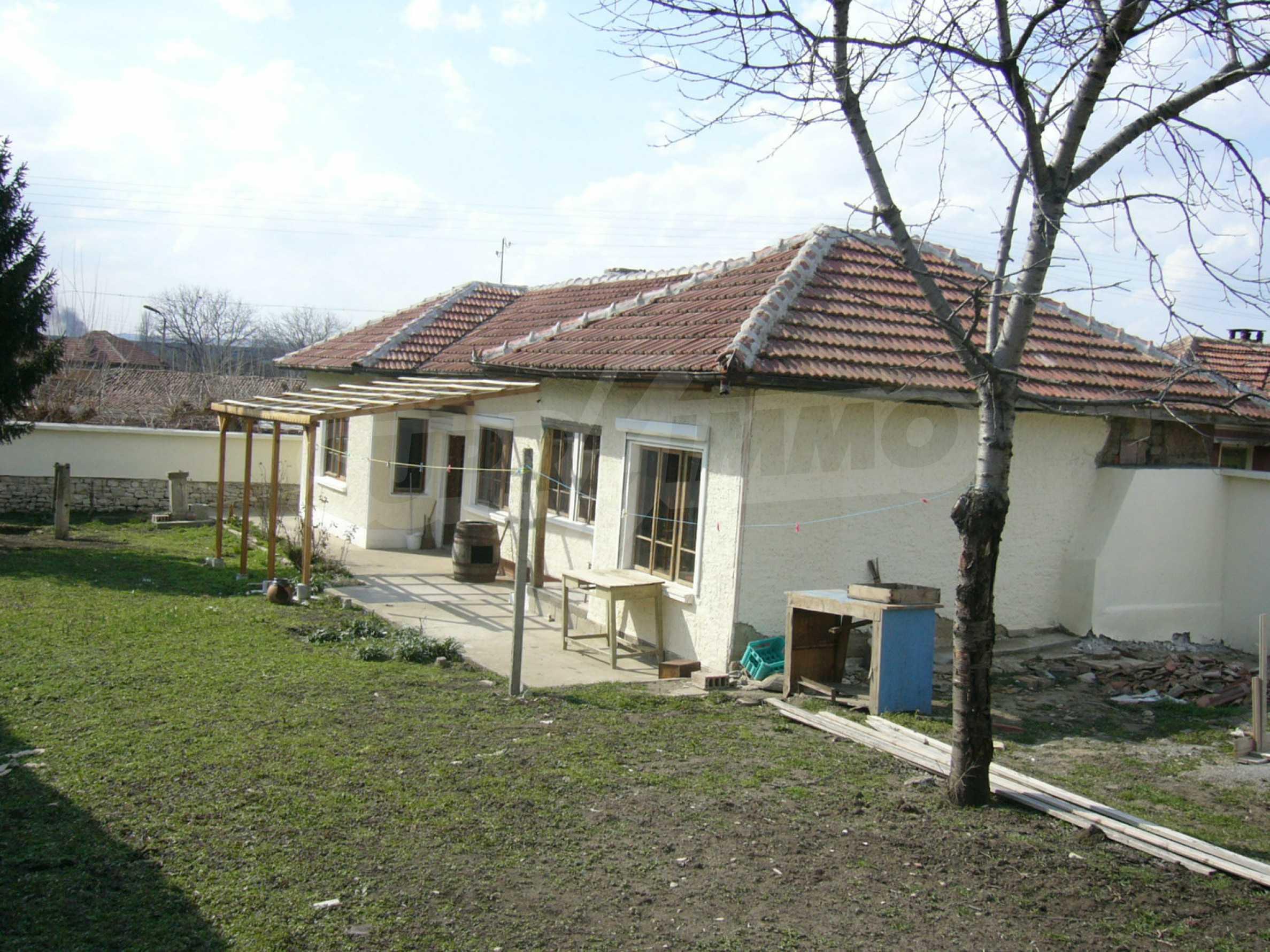 Едноетажна селска къща върху маза на 20 км от Велико Търново  32