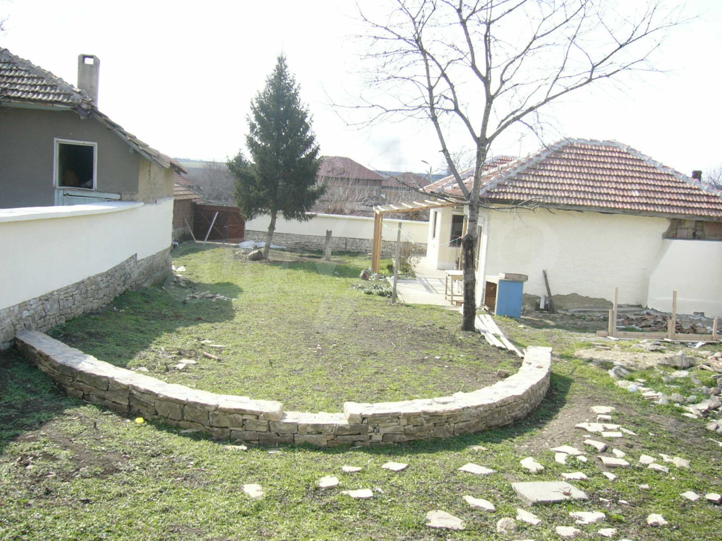 Едноетажна селска къща върху маза на 20 км от Велико Търново  33
