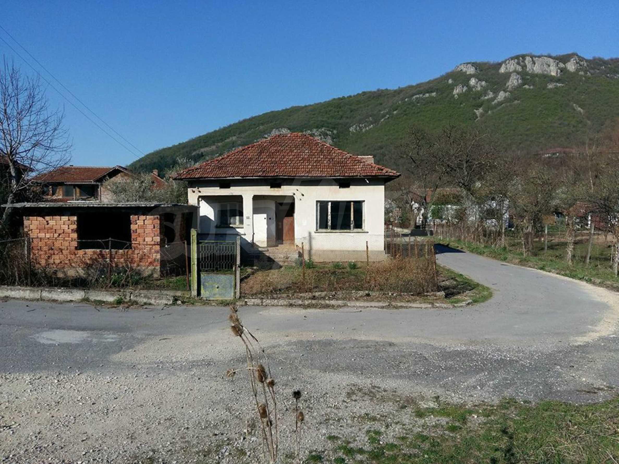 Селски  имот с двор, само на 100 км от София , до язовир