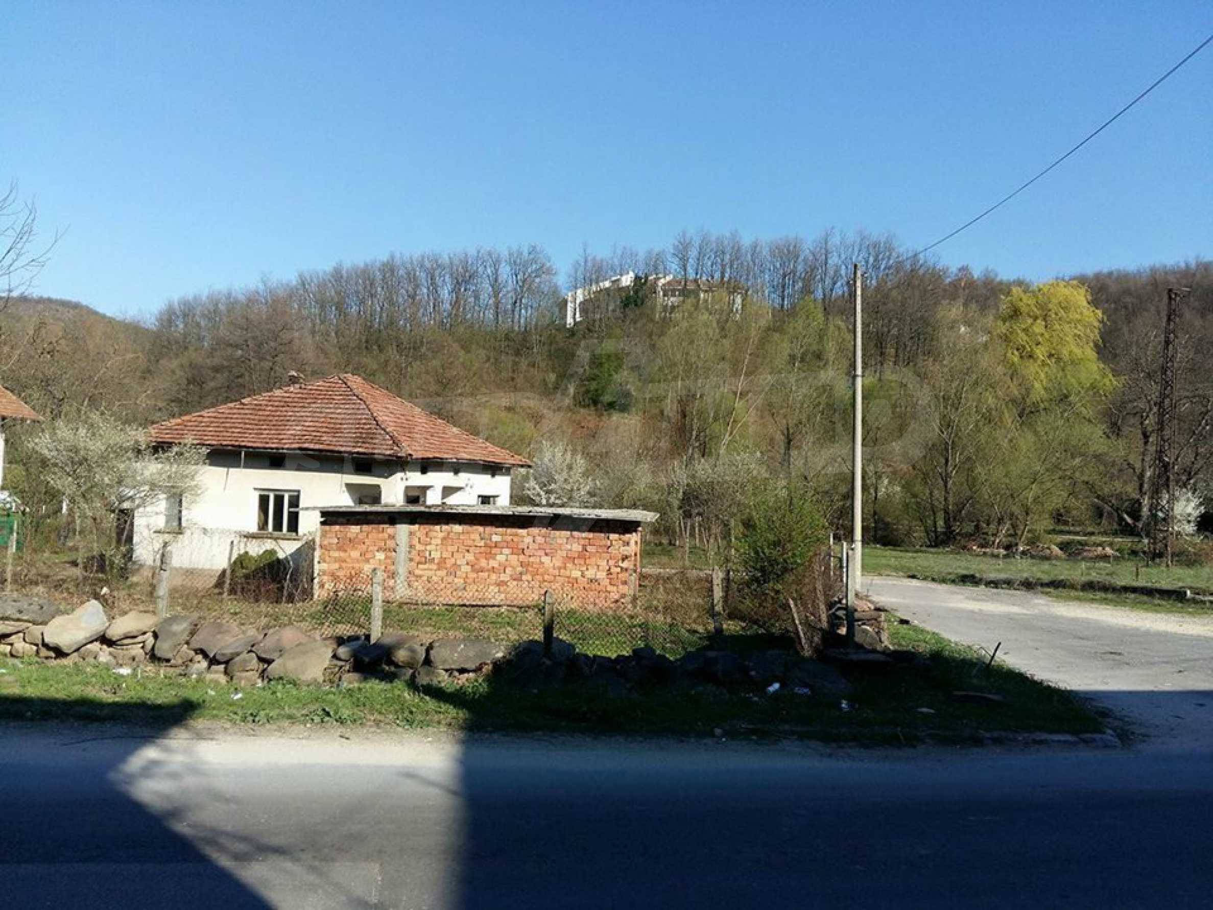 Селски  имот с двор, само на 100 км от София , до язовир   3