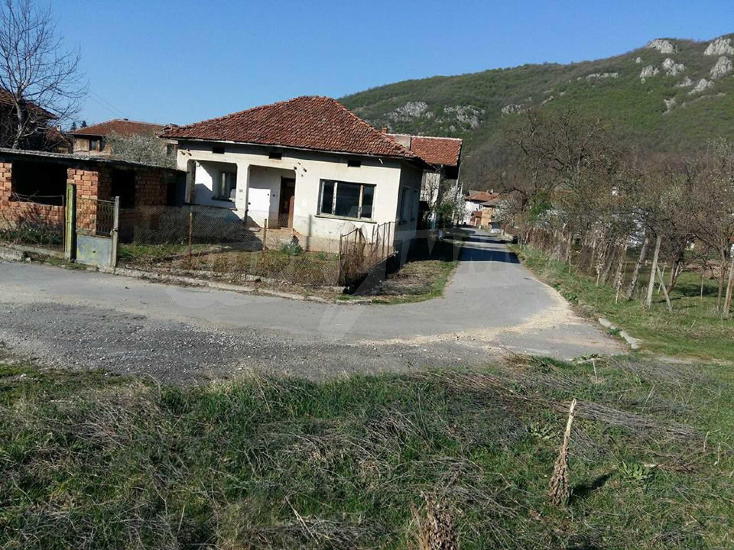Селски  имот с двор, само на 100 км от София , до язовир   5