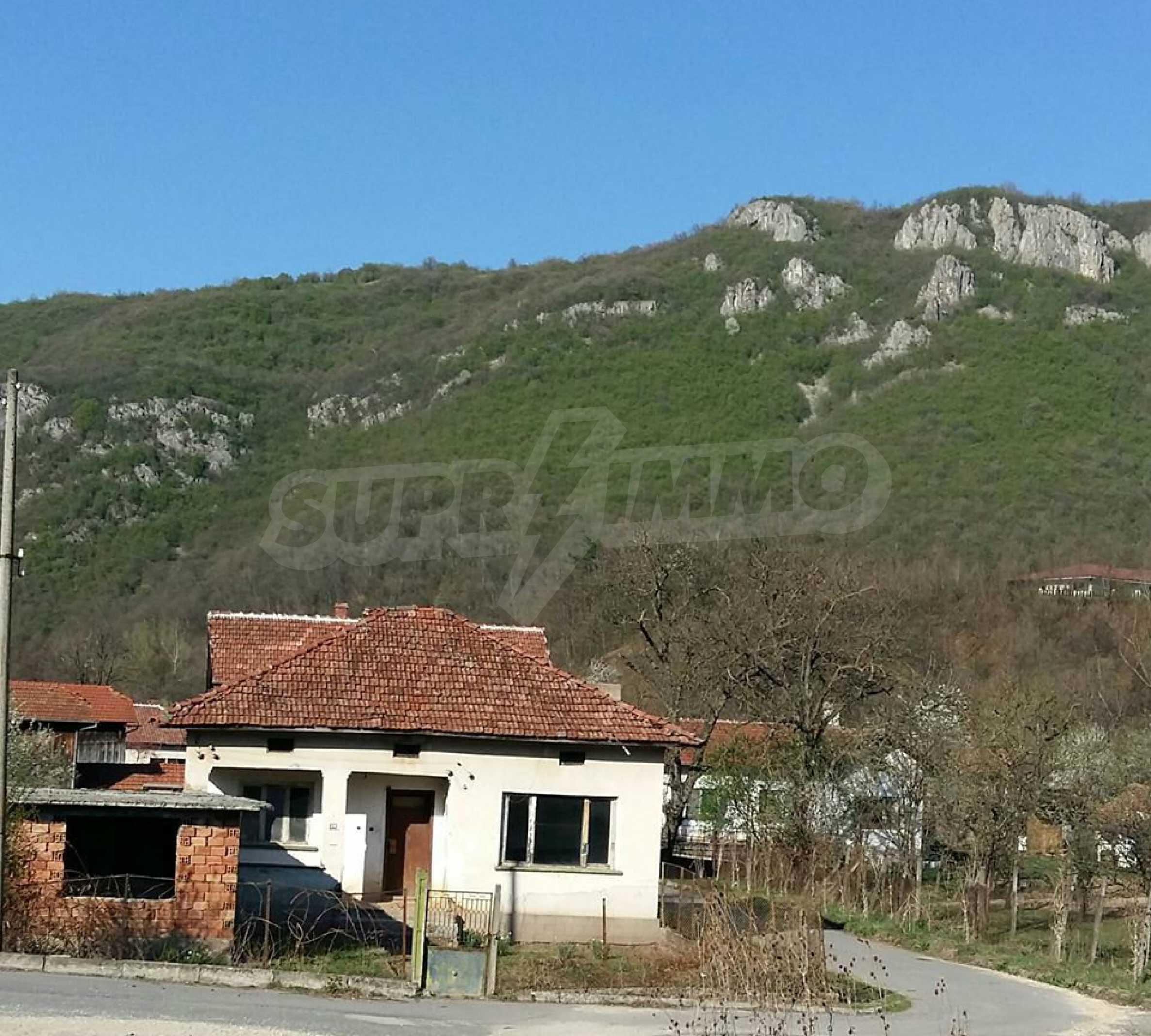 Селски  имот с двор, само на 100 км от София , до язовир   6