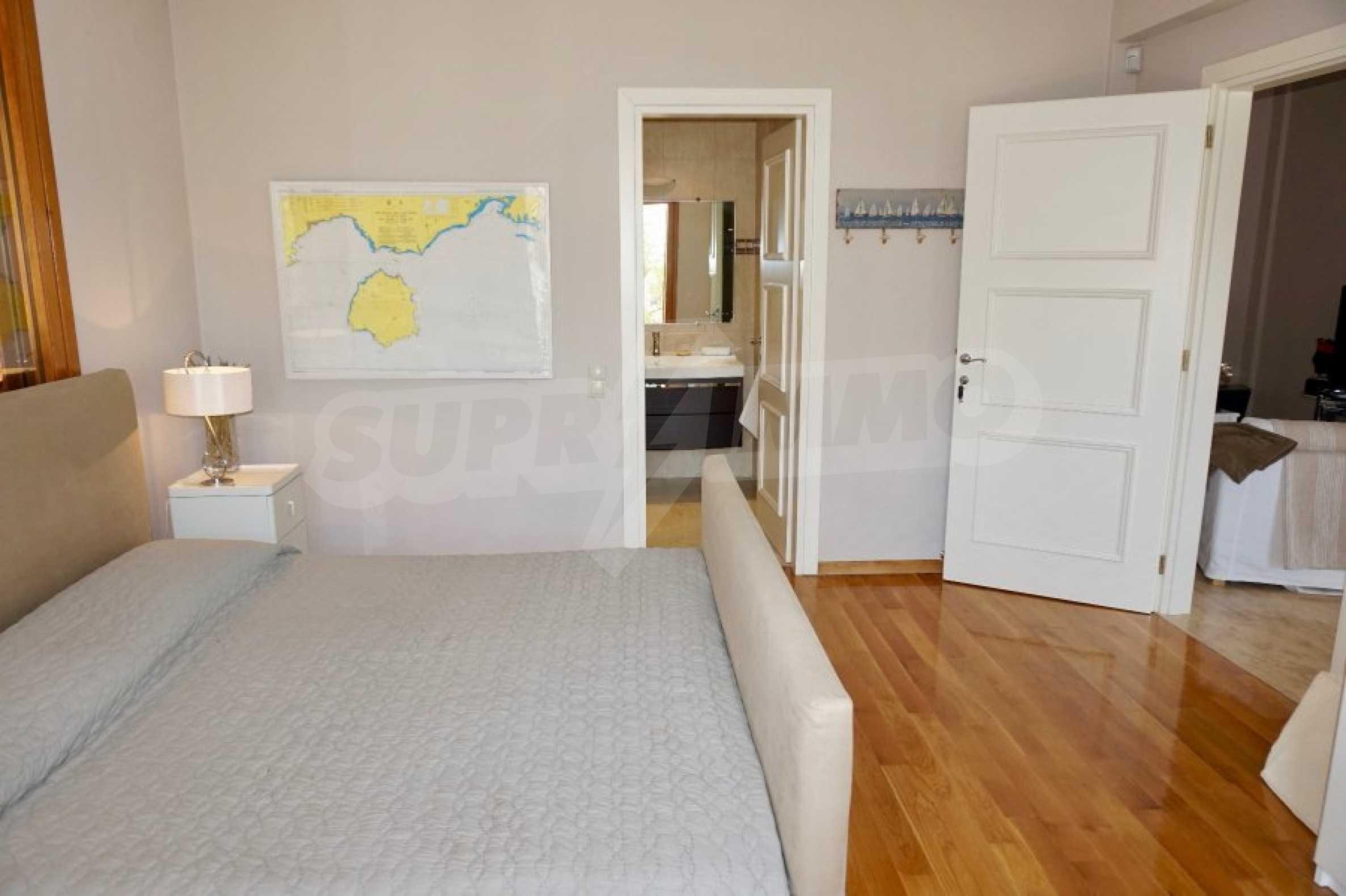 Вила с четири спални, басейн и тенис корт 21