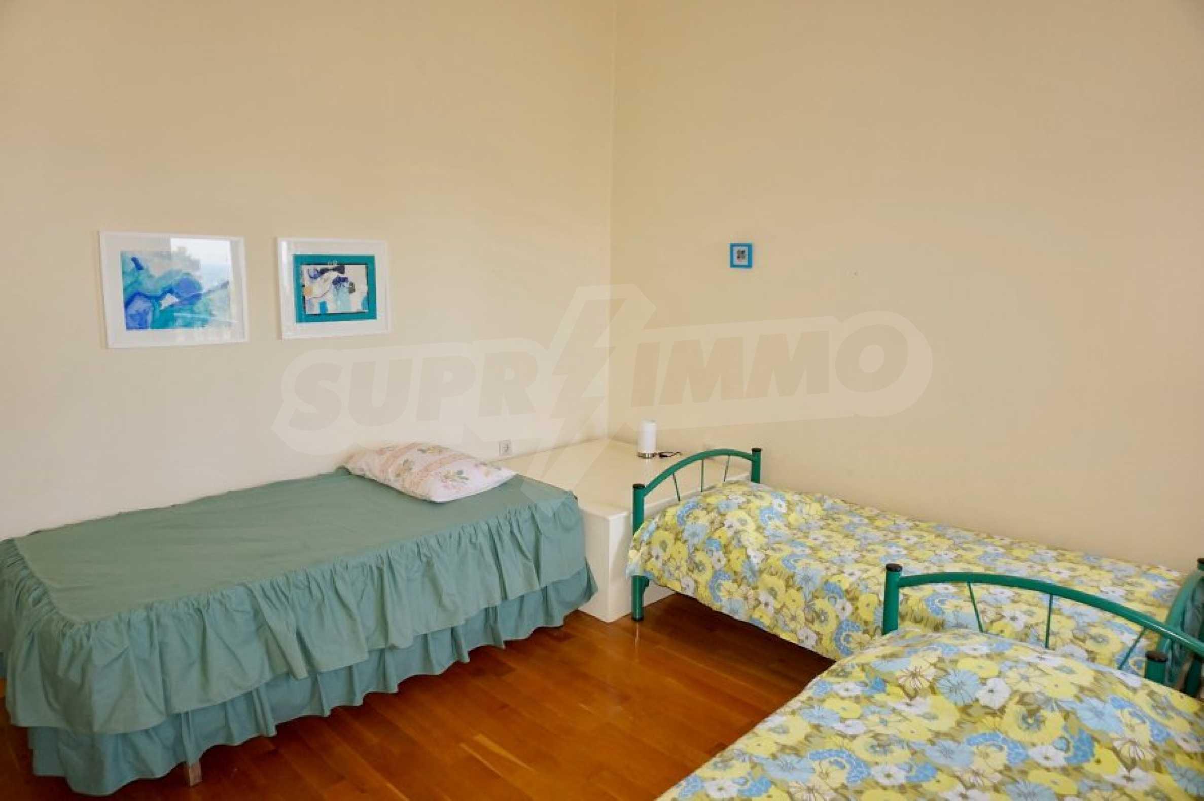 Вила с четири спални, басейн и тенис корт 29