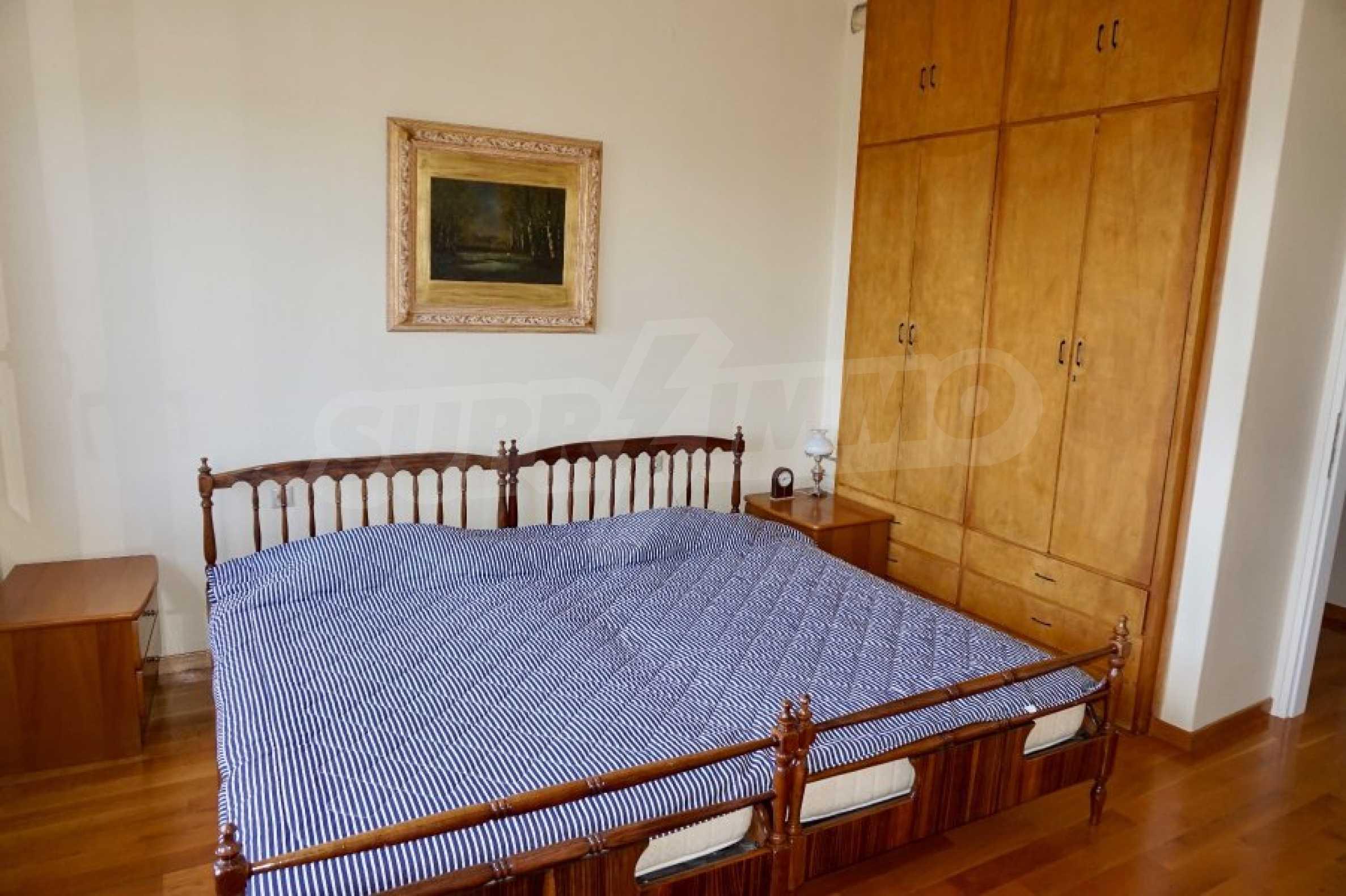 Вила с четири спални, басейн и тенис корт 37