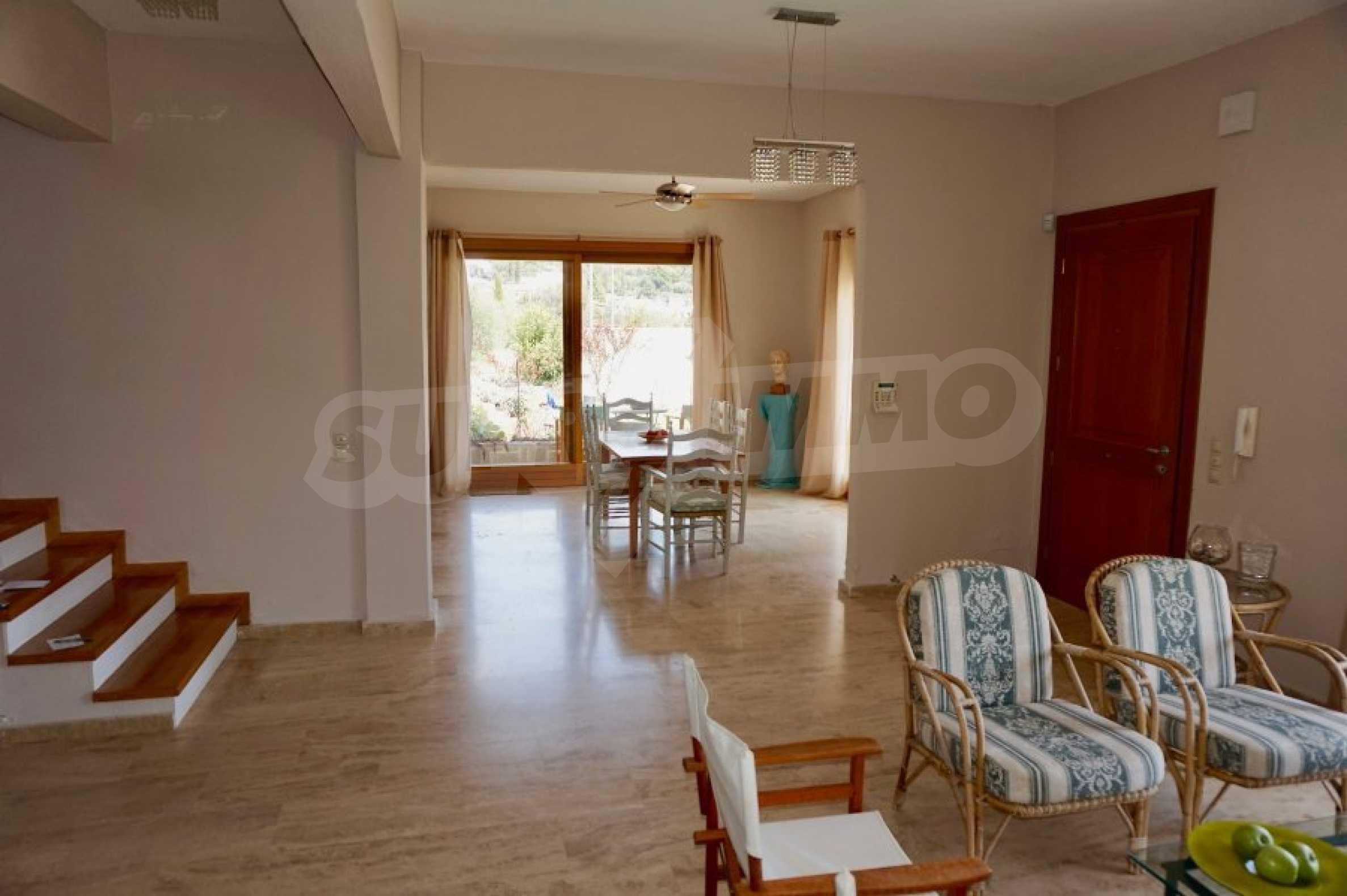 Вила с четири спални, басейн и тенис корт 5