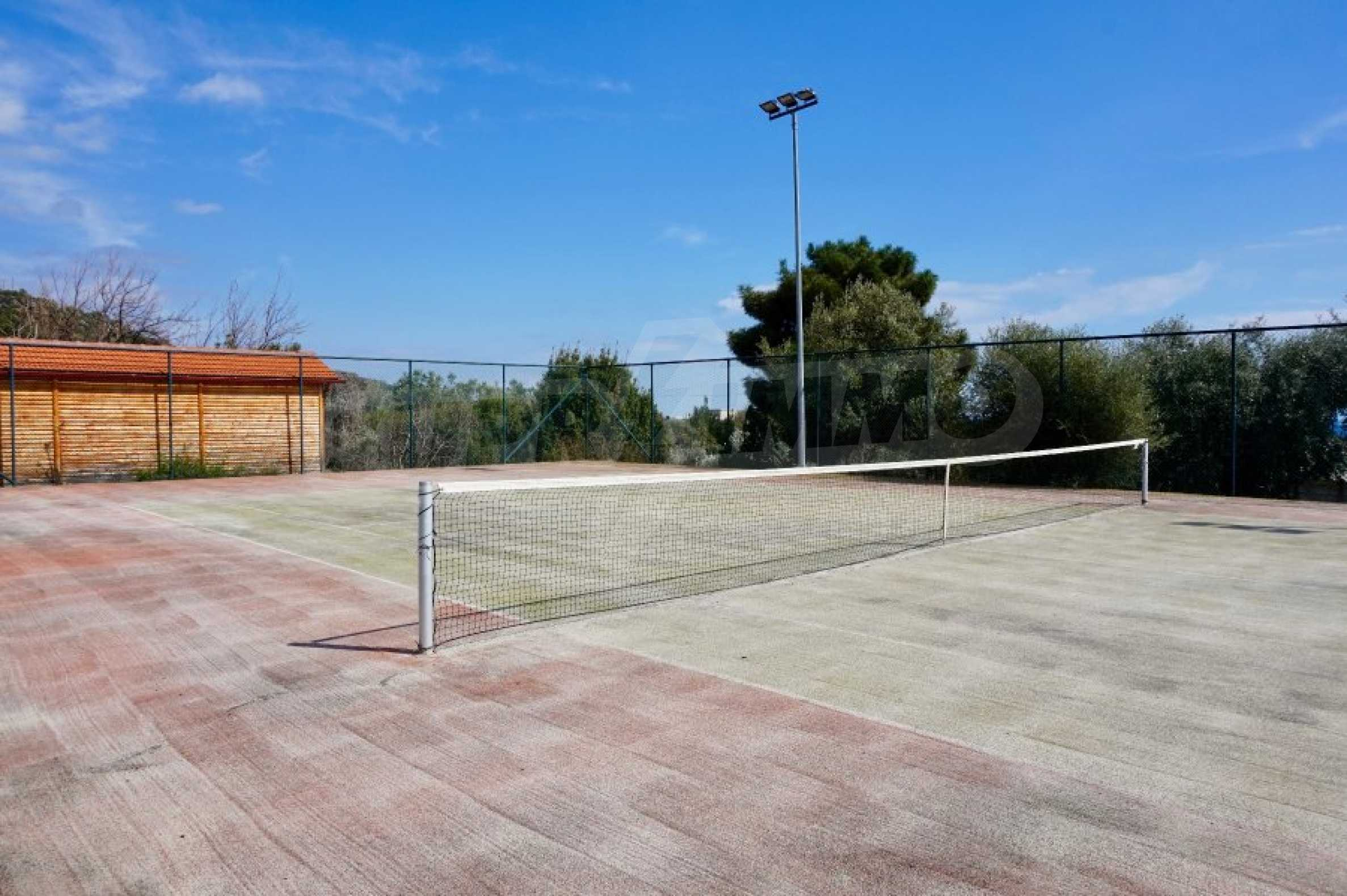 Вила с четири спални, басейн и тенис корт 62