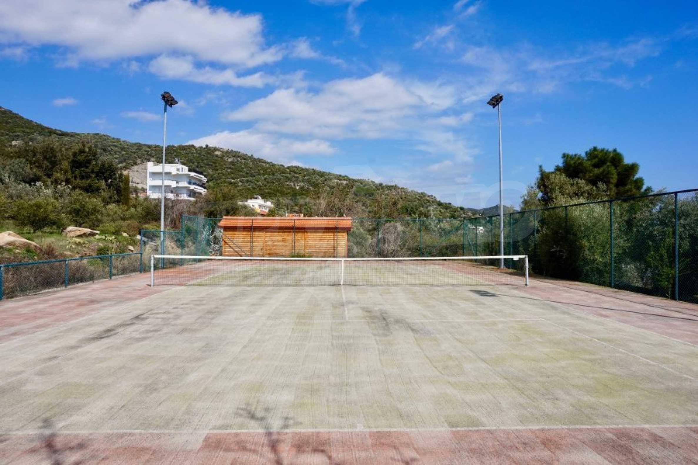Вила с четири спални, басейн и тенис корт 63