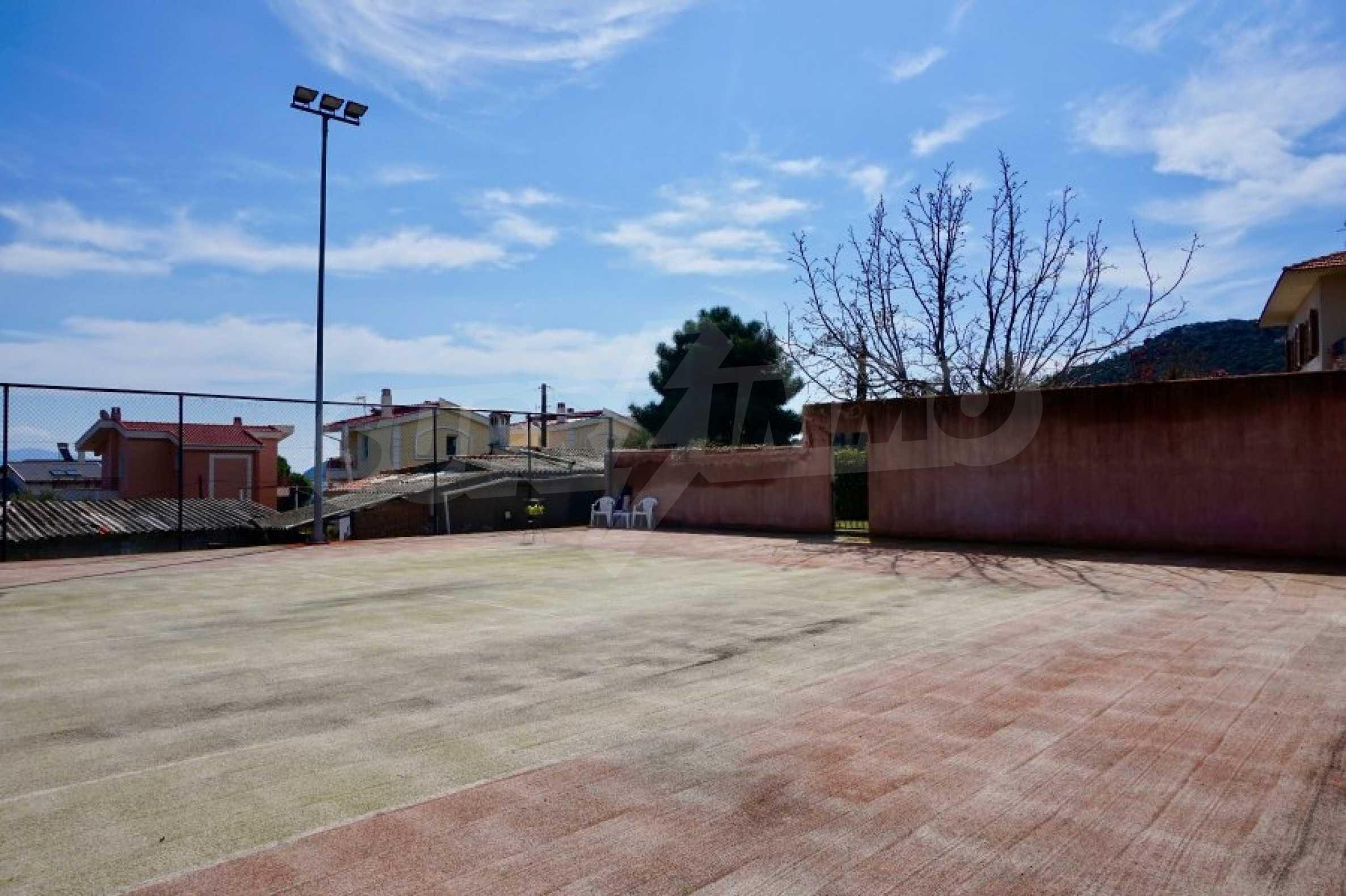 Вила с четири спални, басейн и тенис корт 64