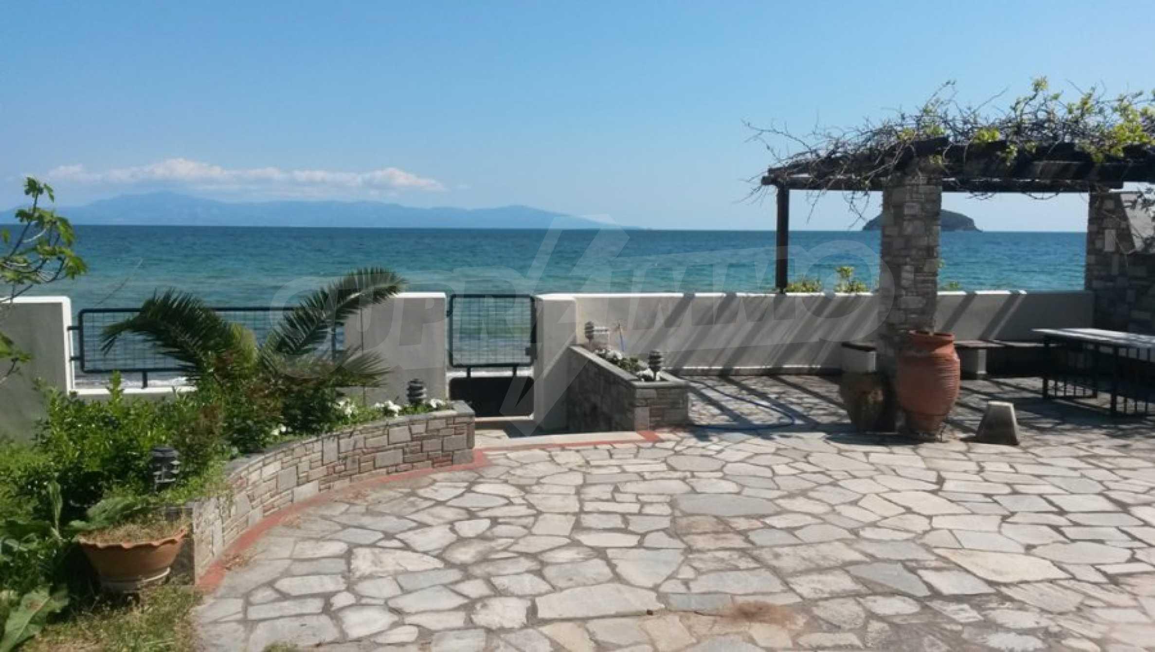 Вила на метри от плажната ивица в Палио