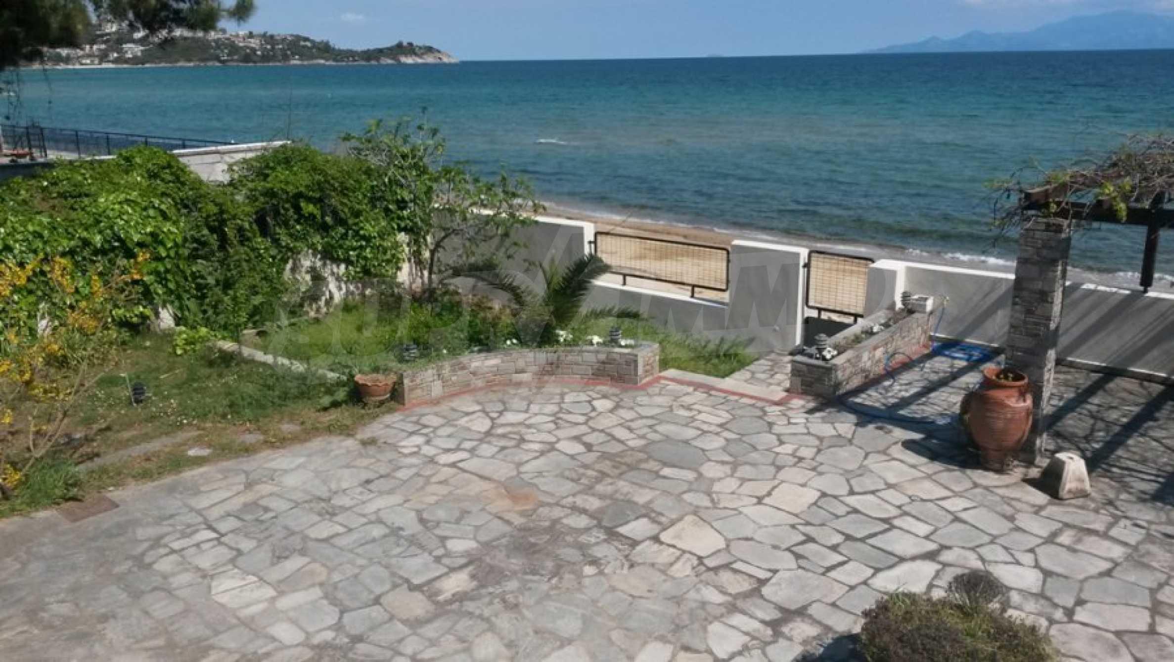 Вила на метри от плажната ивица в Палио 52