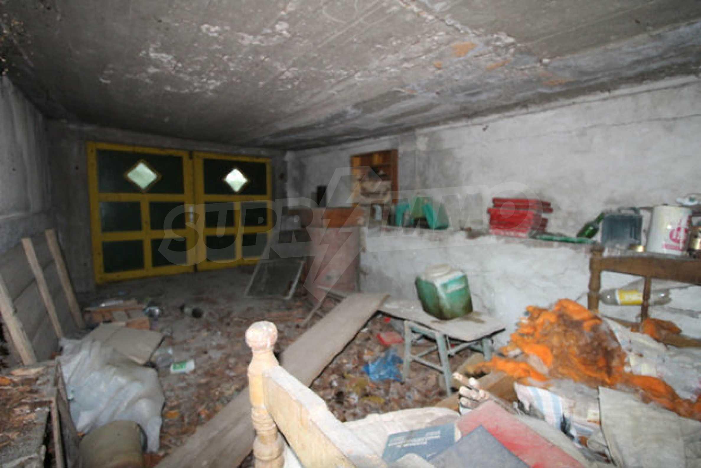 Масивна двуетажна къща в село на 10 км от Велико Търново 9
