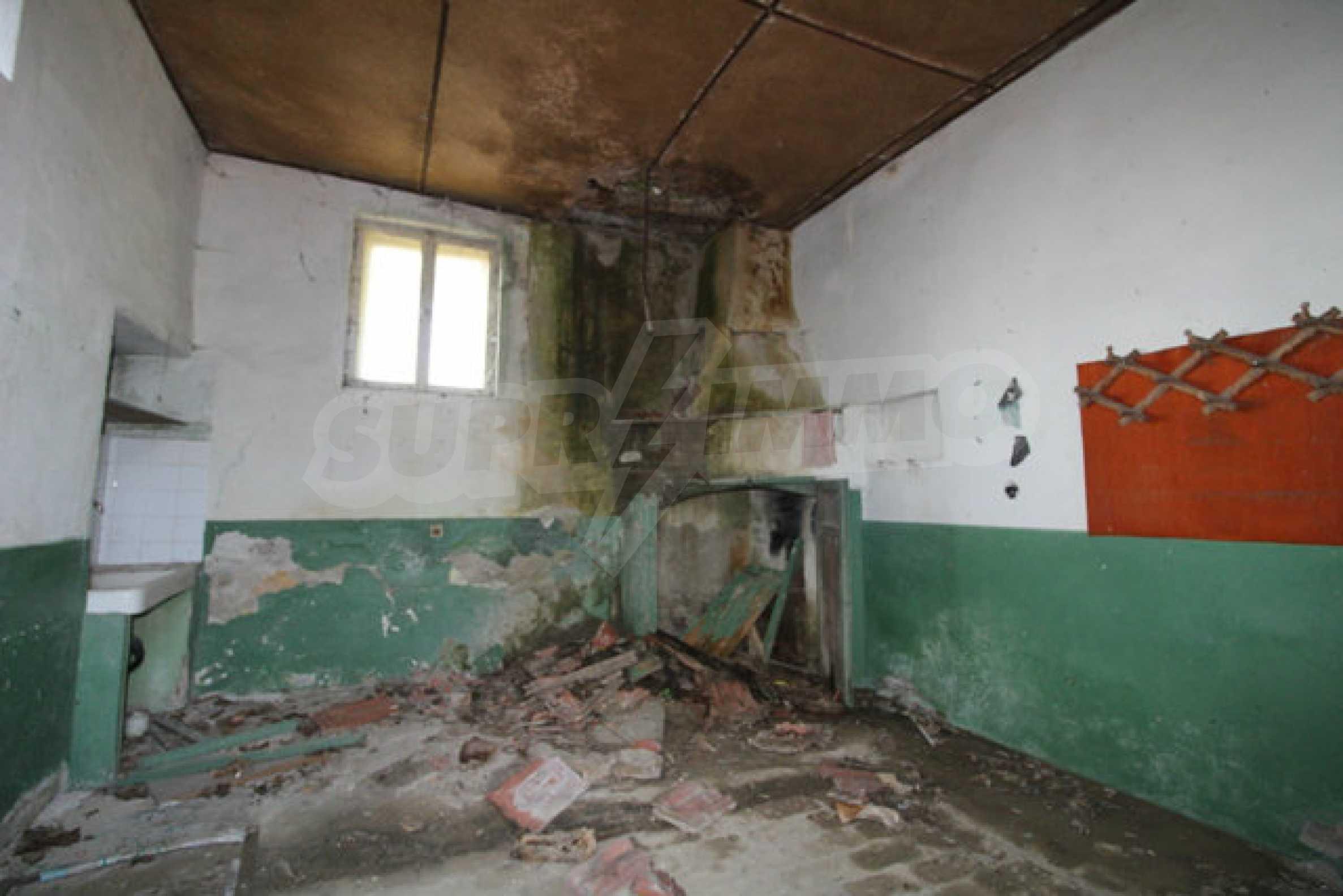 Масивна двуетажна къща в село на 10 км от Велико Търново 11
