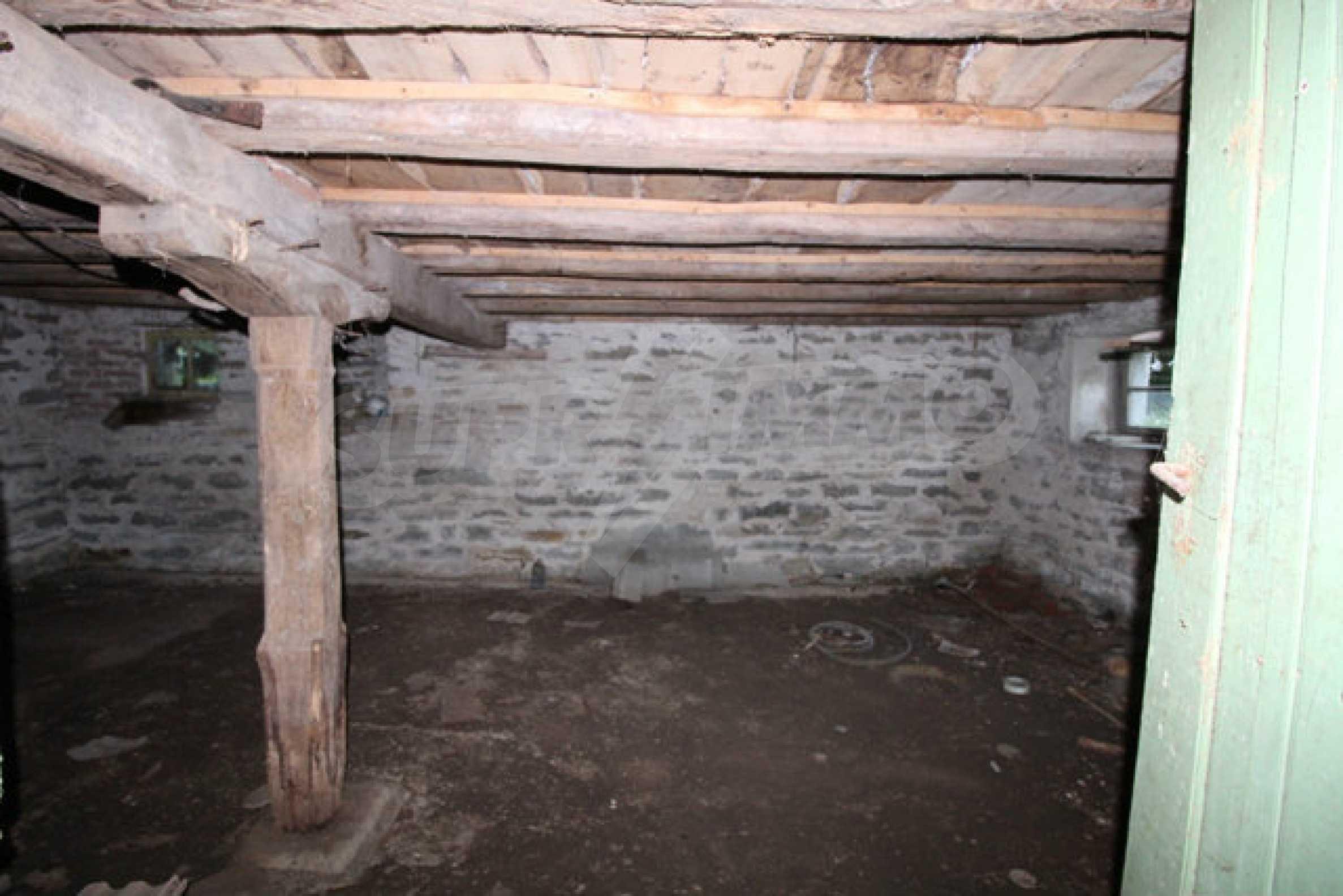 Масивна двуетажна къща в село на 10 км от Велико Търново 12