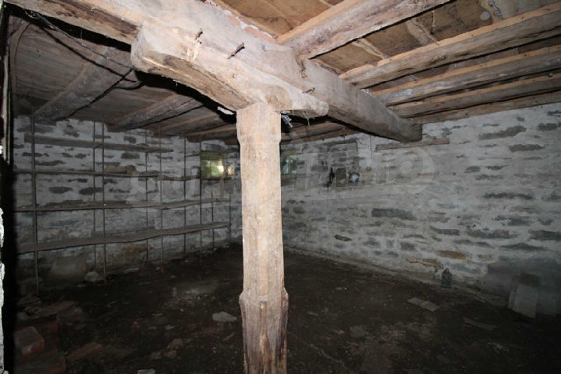 Масивна двуетажна къща в село на 10 км от Велико Търново 13