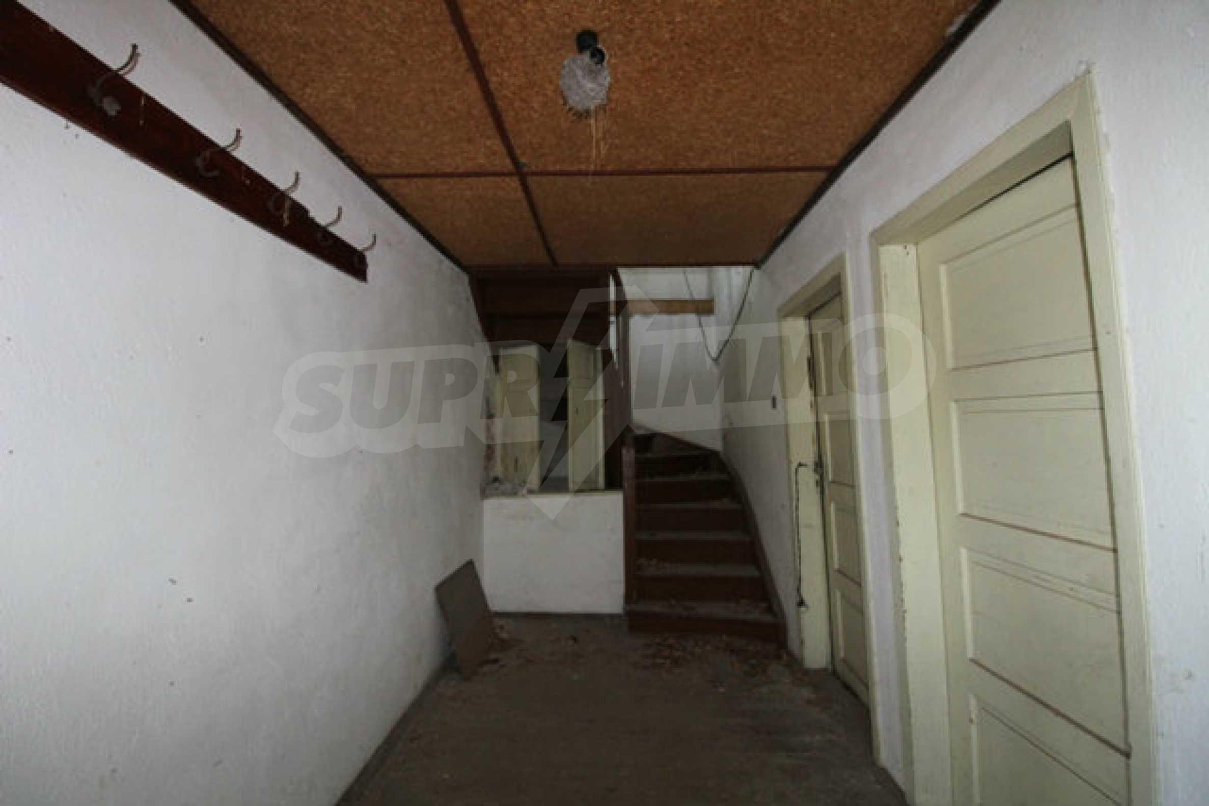 Масивна двуетажна къща в село на 10 км от Велико Търново 14