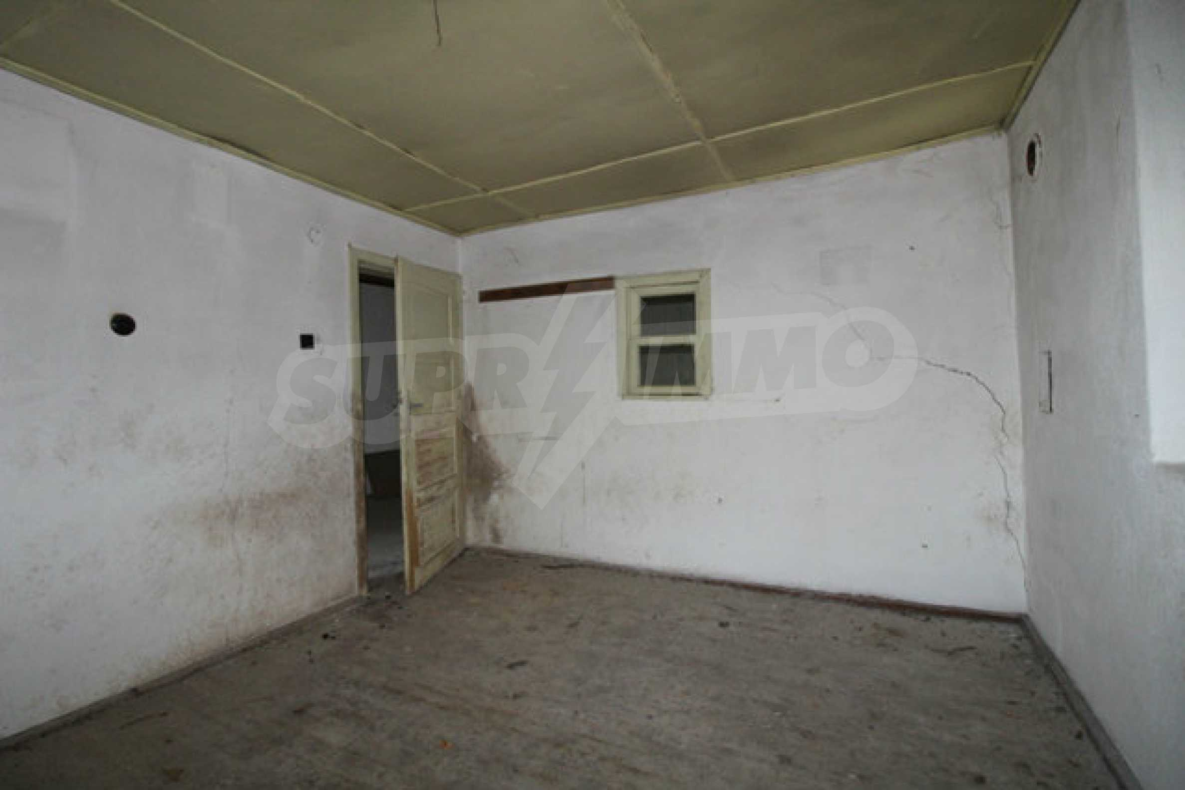 Масивна двуетажна къща в село на 10 км от Велико Търново 16