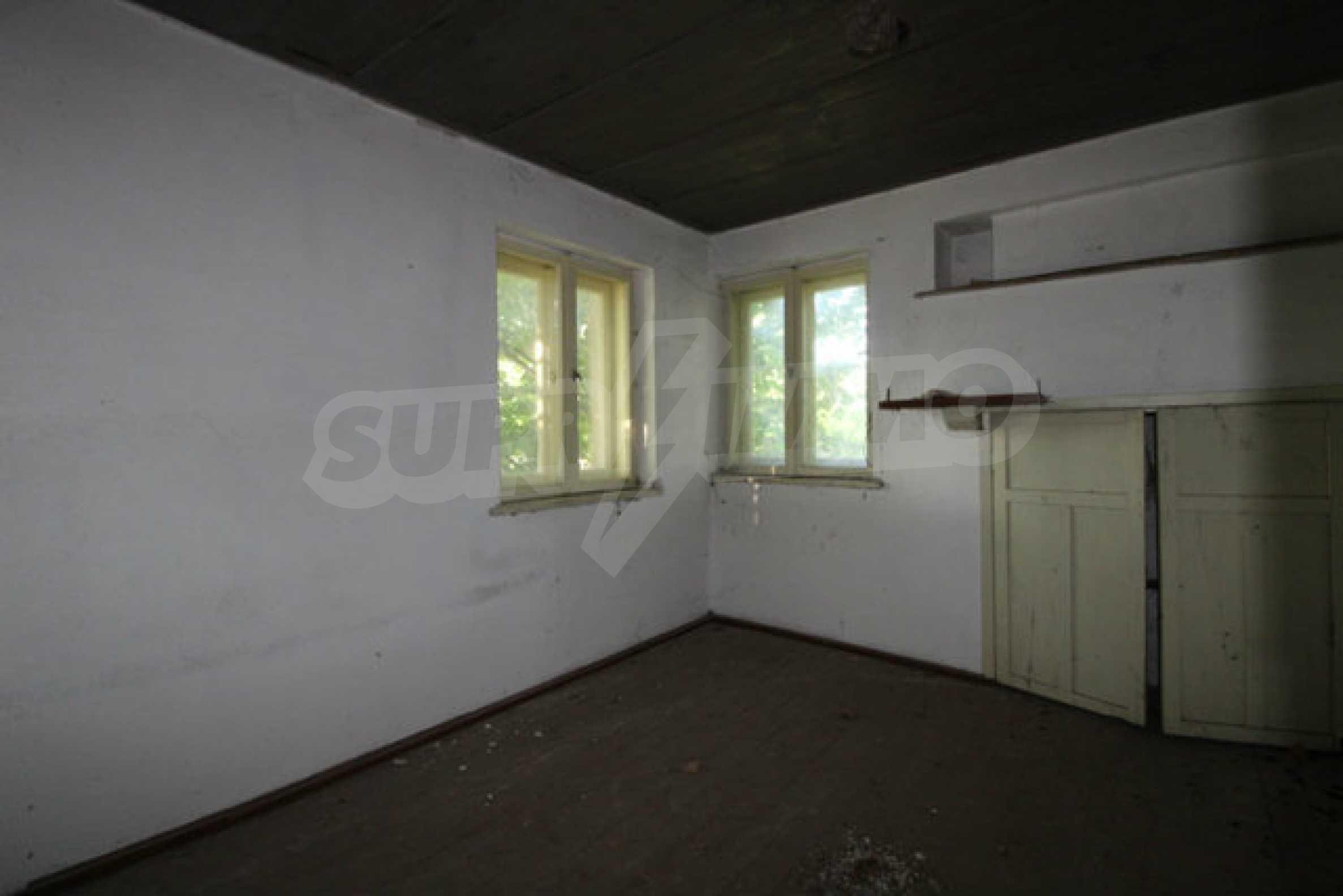Масивна двуетажна къща в село на 10 км от Велико Търново 17