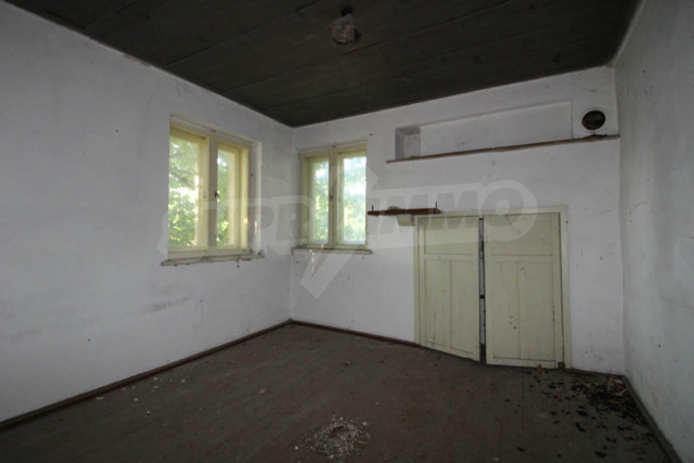 Масивна двуетажна къща в село на 10 км от Велико Търново 18