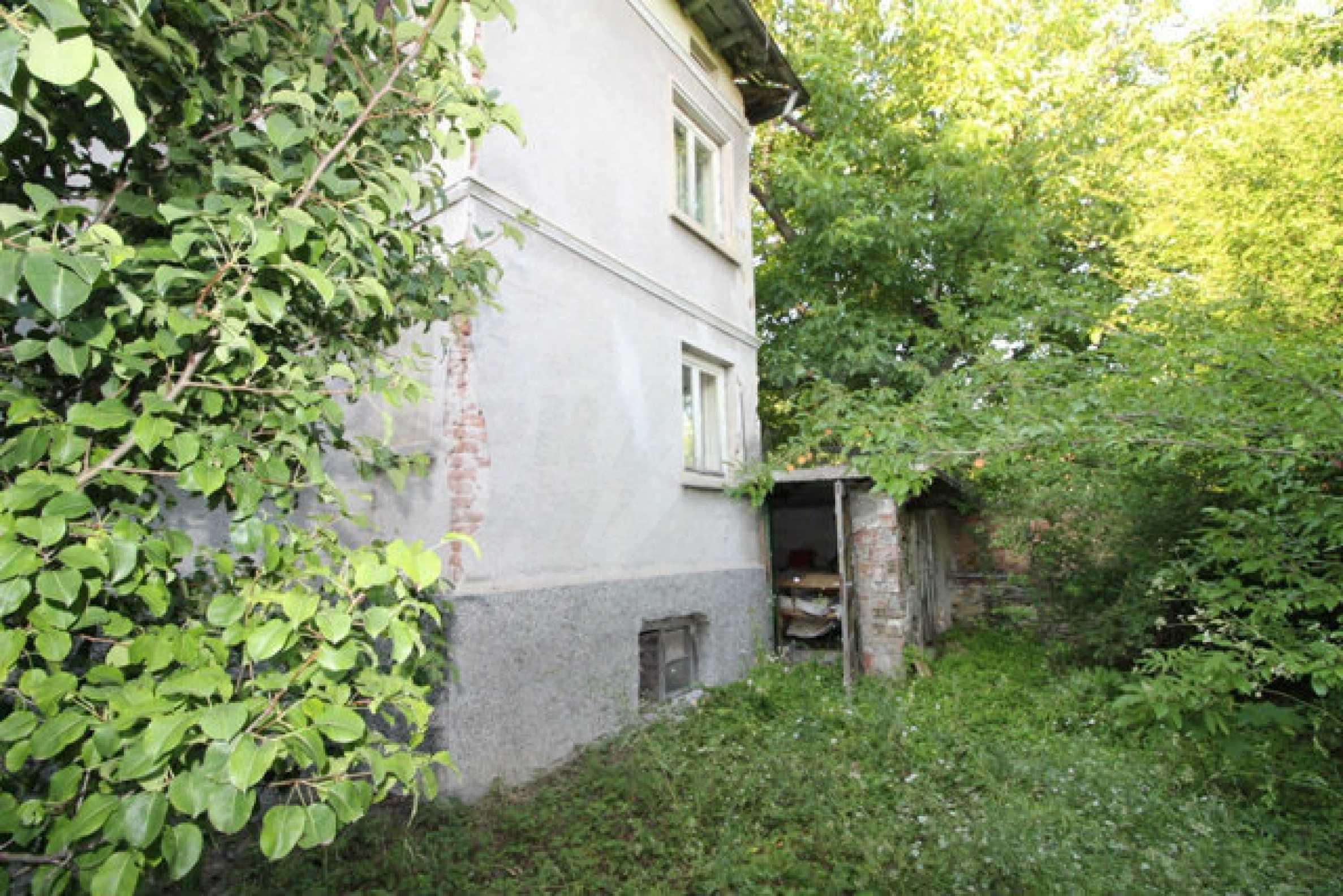 Масивна двуетажна къща в село на 10 км от Велико Търново 1