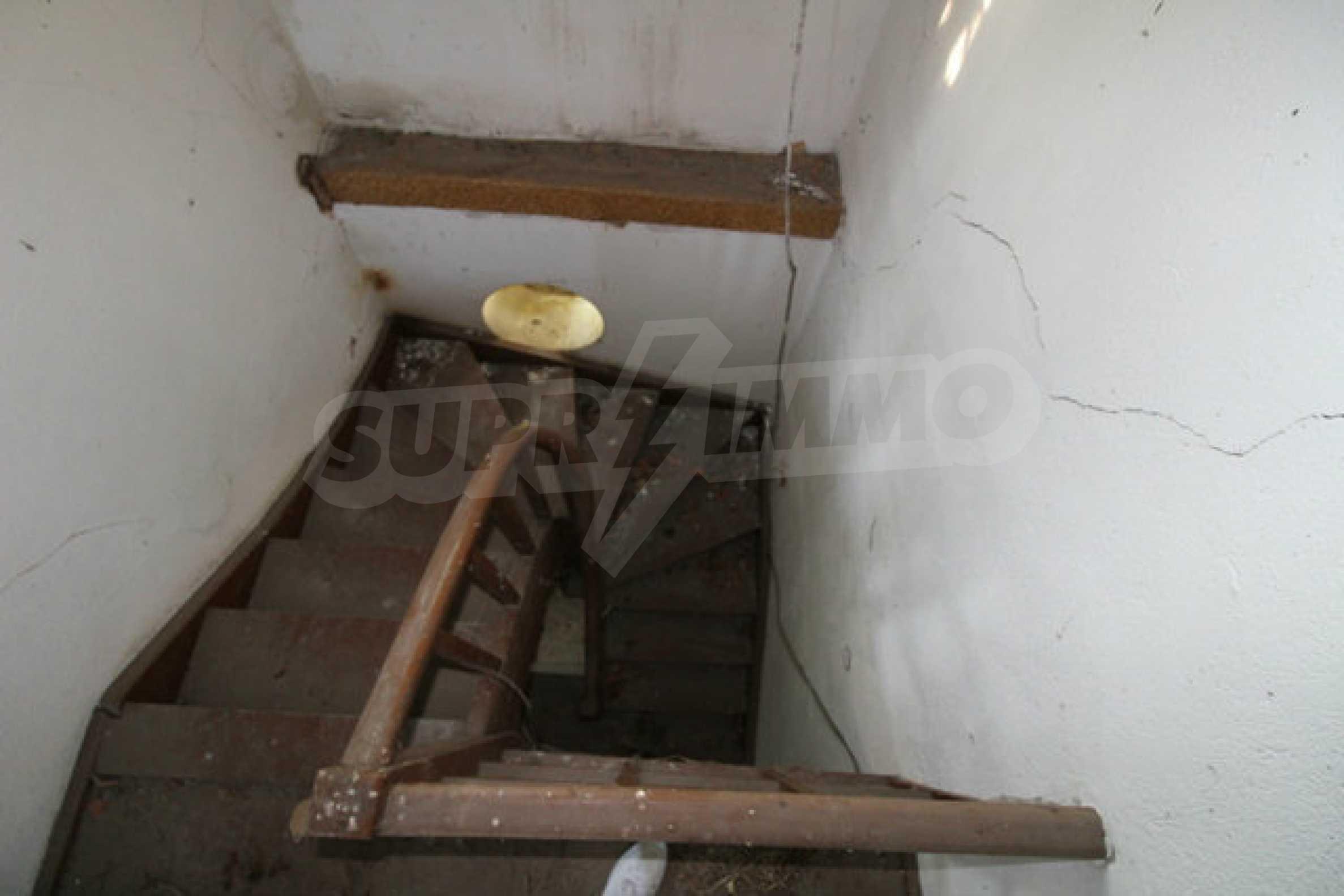 Масивна двуетажна къща в село на 10 км от Велико Търново 22
