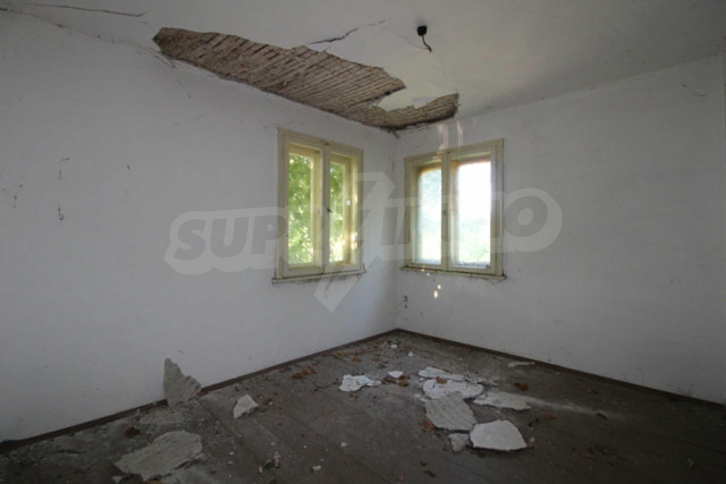 Масивна двуетажна къща в село на 10 км от Велико Търново 23