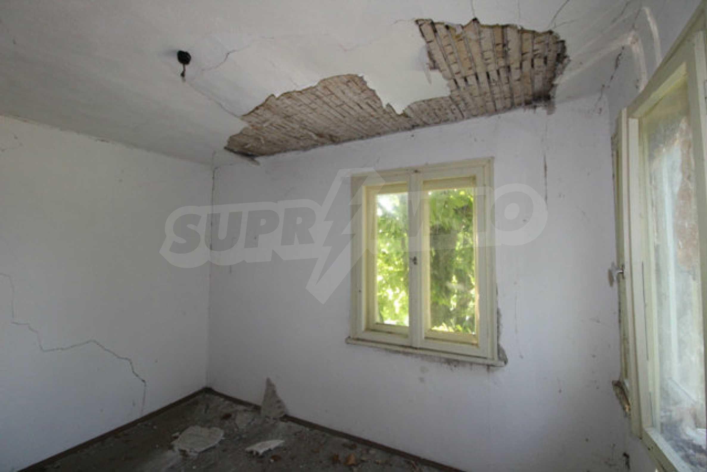 Масивна двуетажна къща в село на 10 км от Велико Търново 24