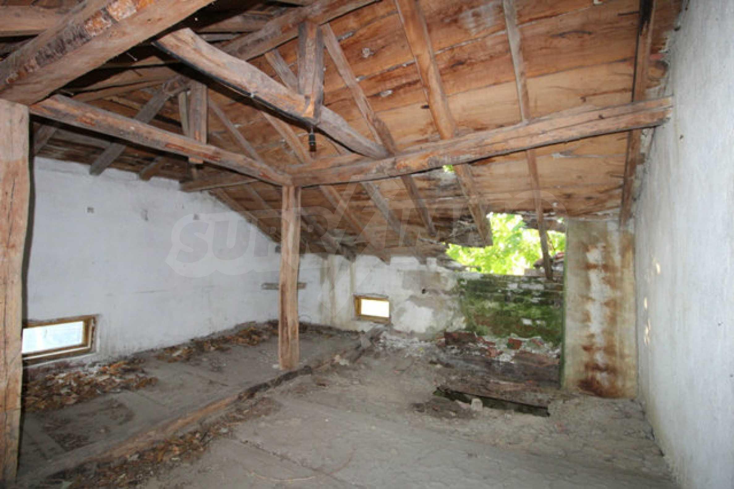 Масивна двуетажна къща в село на 10 км от Велико Търново 26