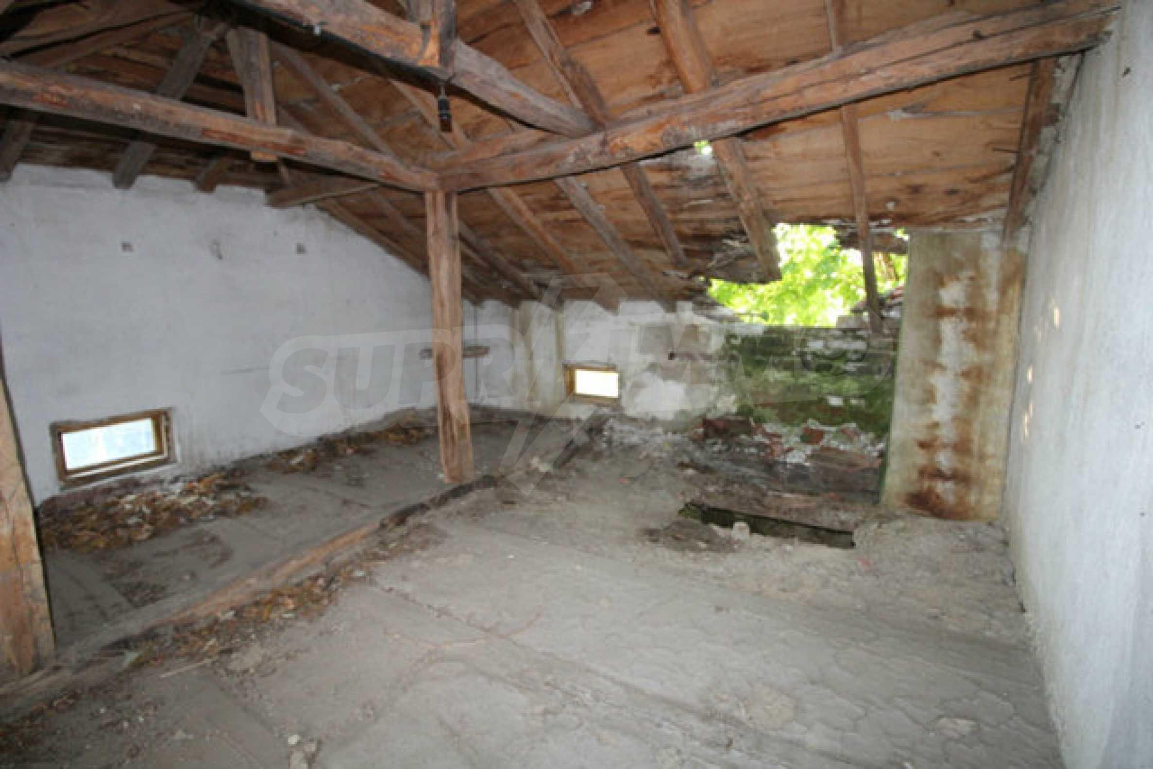 Масивна двуетажна къща в село на 10 км от Велико Търново 27