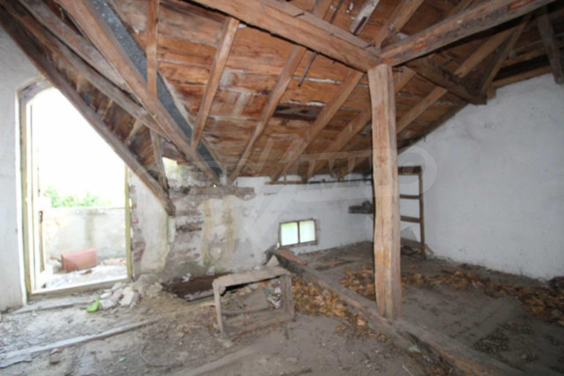 Масивна двуетажна къща в село на 10 км от Велико Търново 28