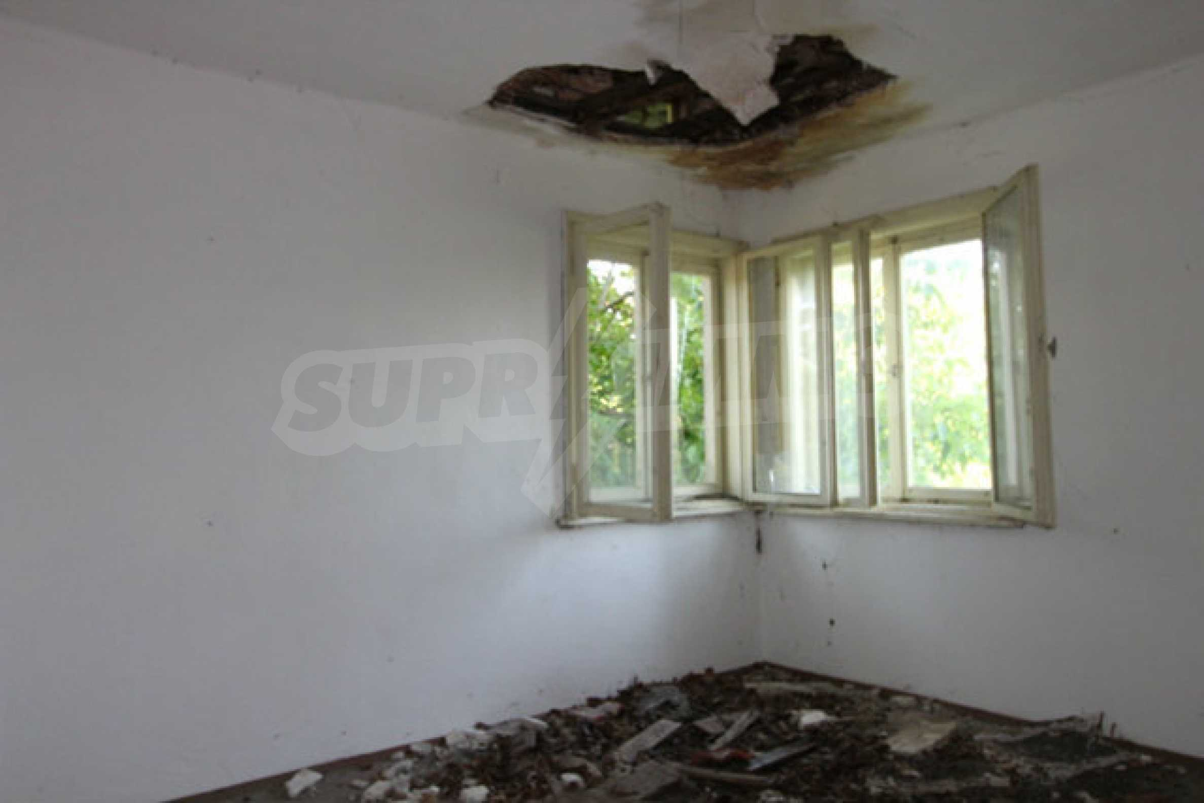 Масивна двуетажна къща в село на 10 км от Велико Търново 36