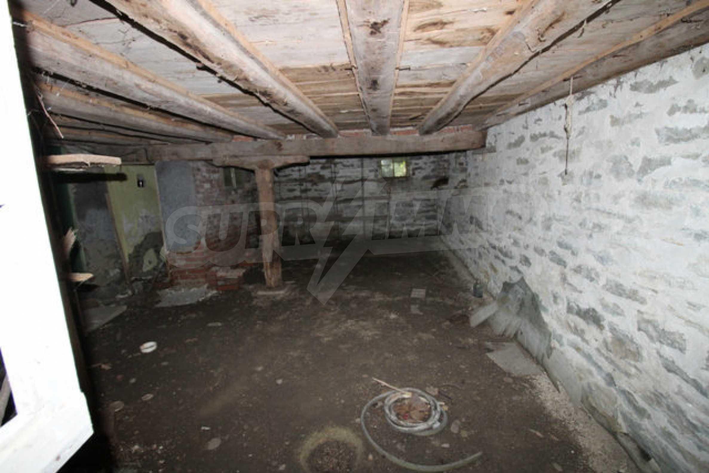 Масивна двуетажна къща в село на 10 км от Велико Търново 3
