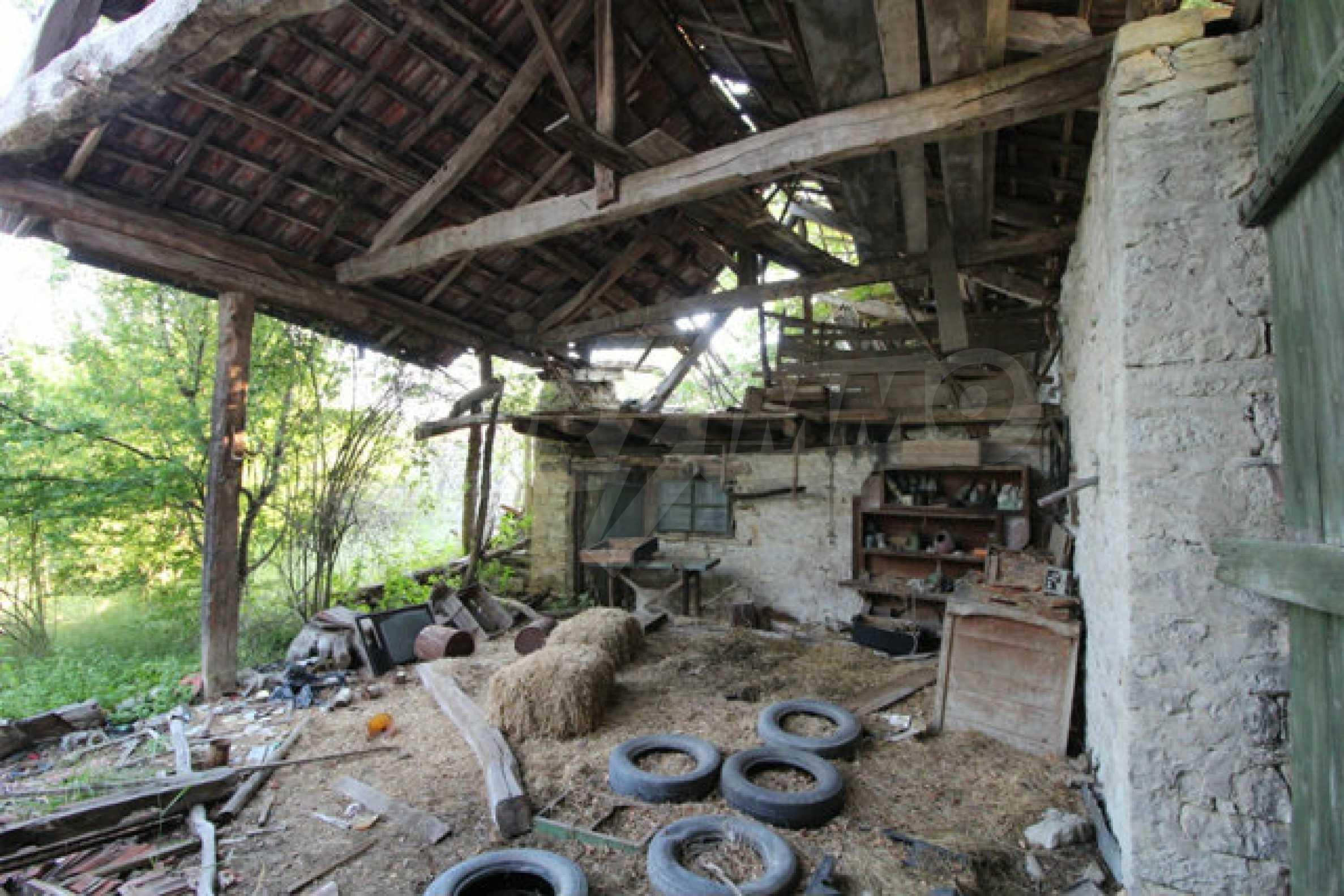 Масивна двуетажна къща в село на 10 км от Велико Търново 46